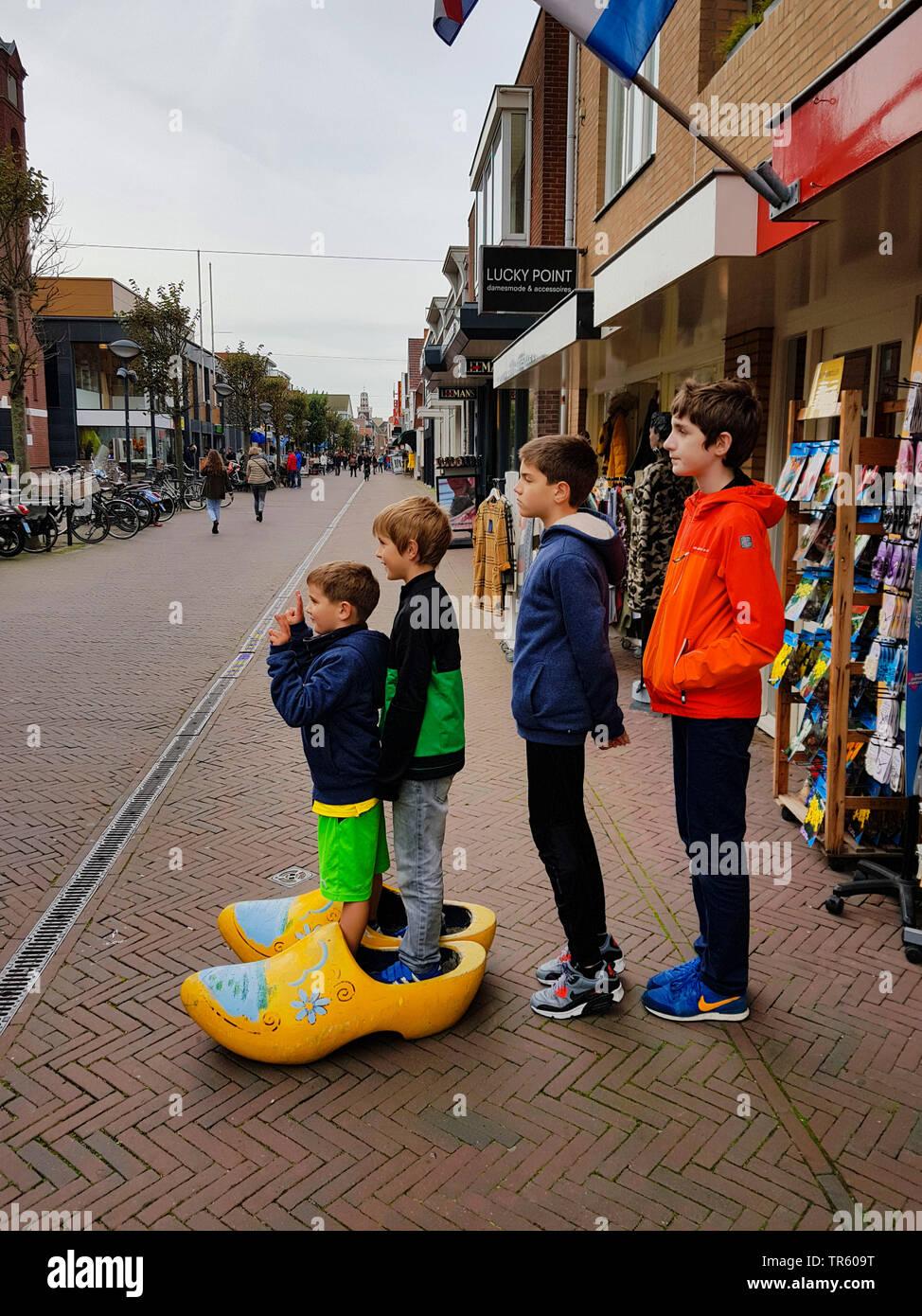 Quattro fratelli che posano per una foto souvenir in zoccoli, Paesi Bassi, Noordwijk aan Zee Immagini Stock