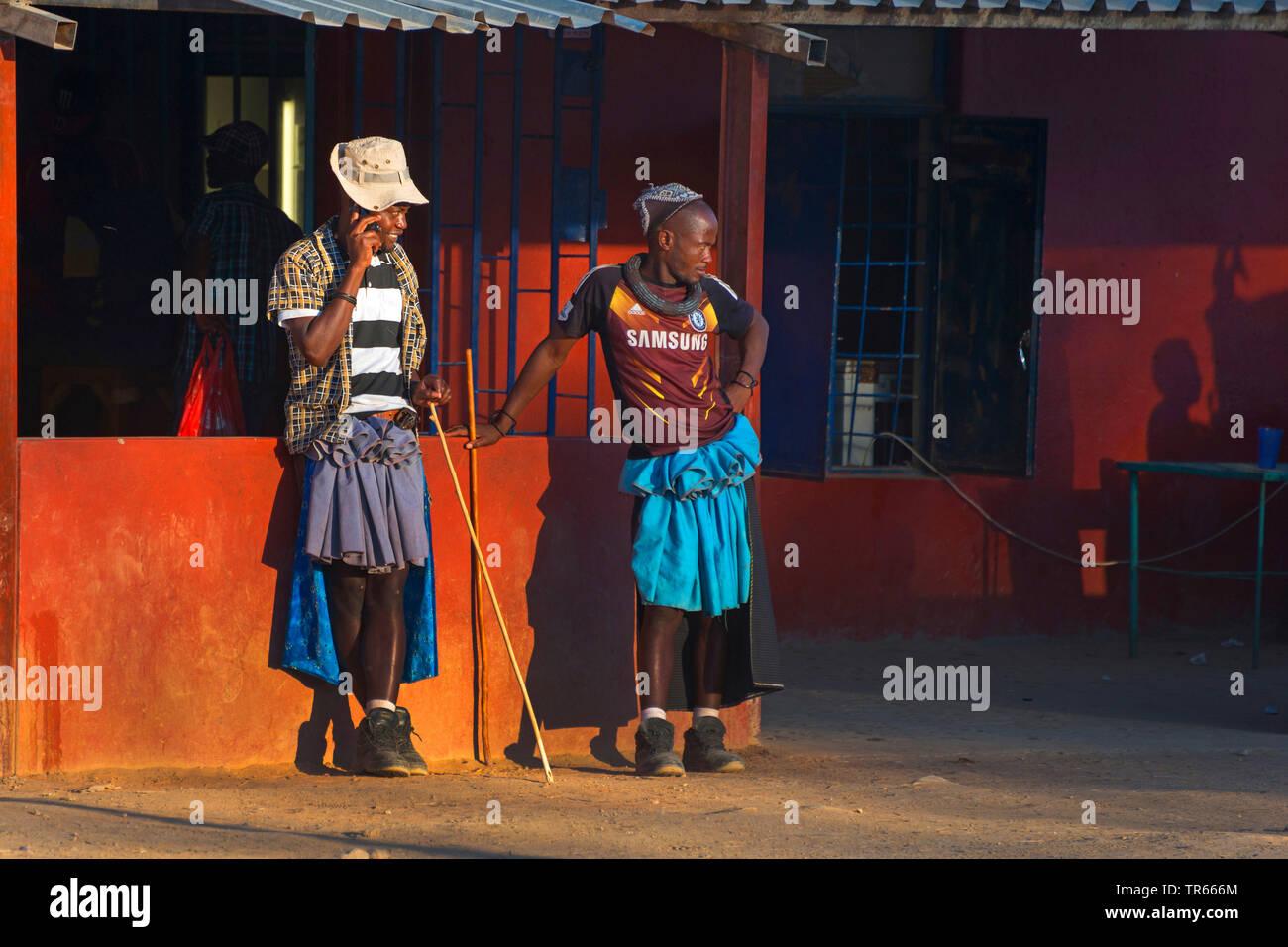 Due Himba uomini in un mix di tradizionale e abiti di tutti i giorni, Namibia, Opuwo Immagini Stock