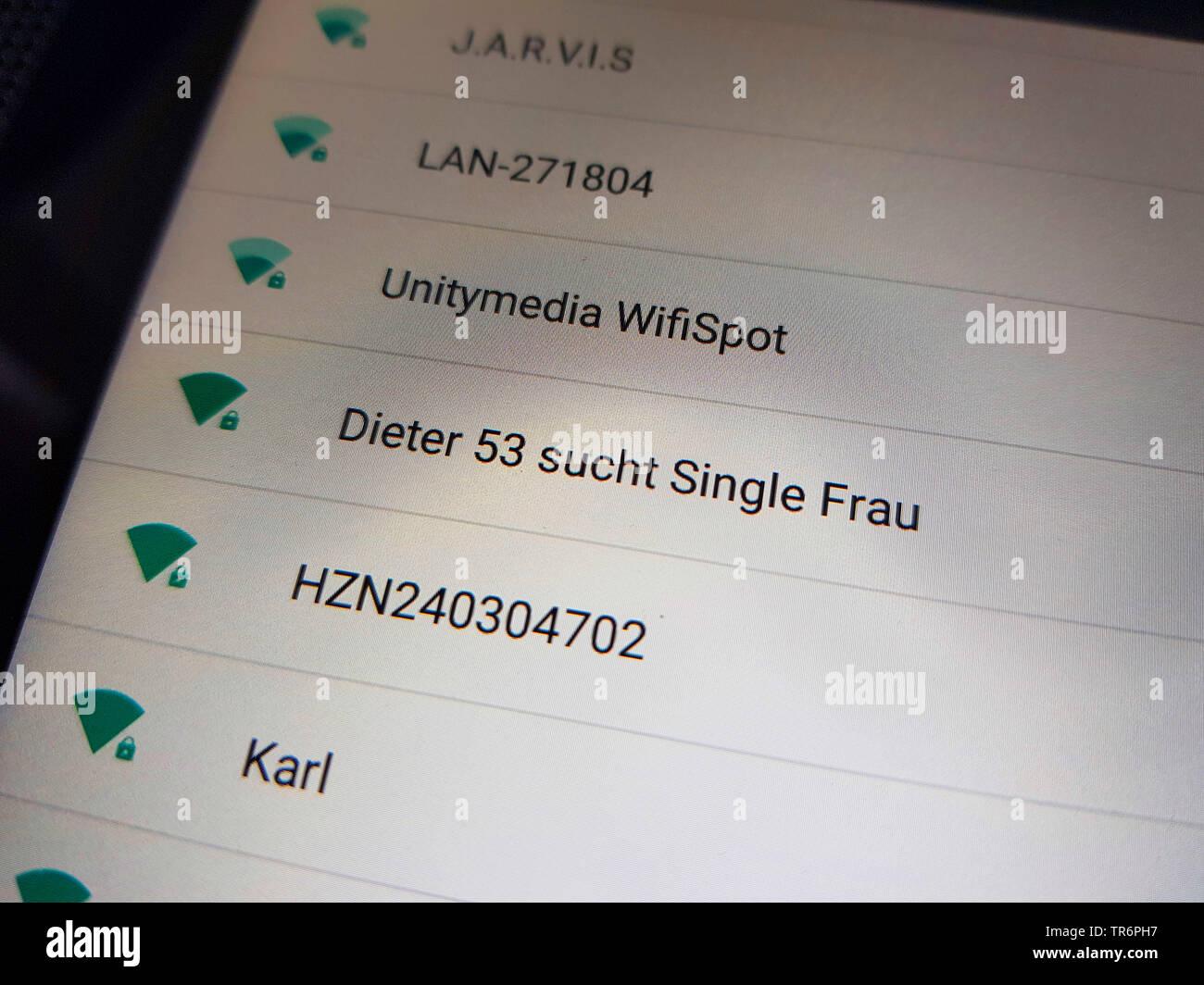Disponibili collegamenti Wifi su uno smartphone, Dieter 53 tale singolo Frau, Dieter 53 Guardando per la sola donna Immagini Stock
