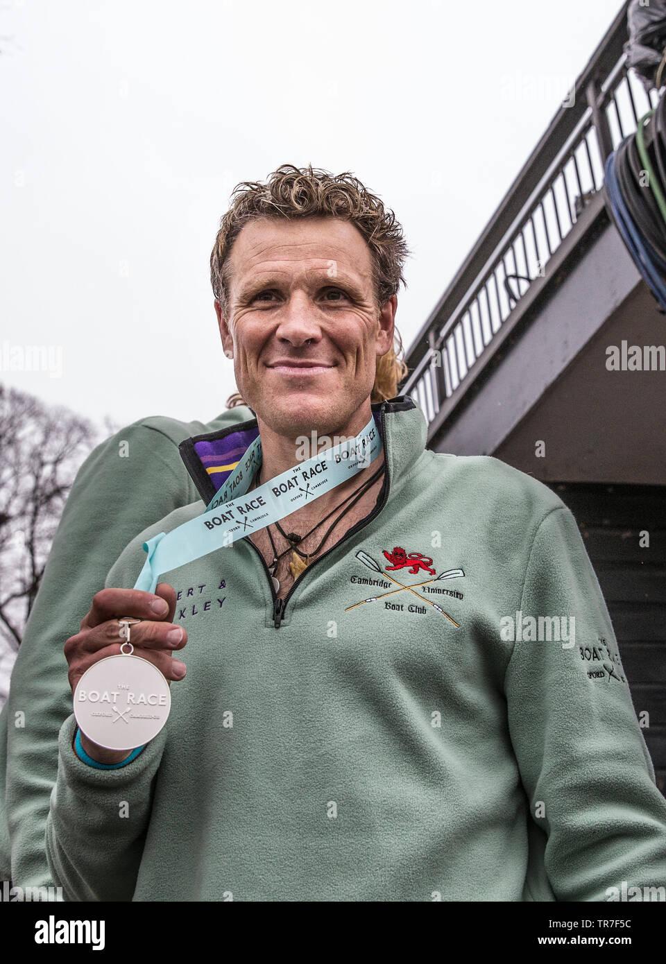 Oro olimpico-winning rower James Cracknell tenendo la sua Cambridge v Oxford University Boat Race vincitori medaglia, Chiswick Bridge, London, Regno Unito Immagini Stock