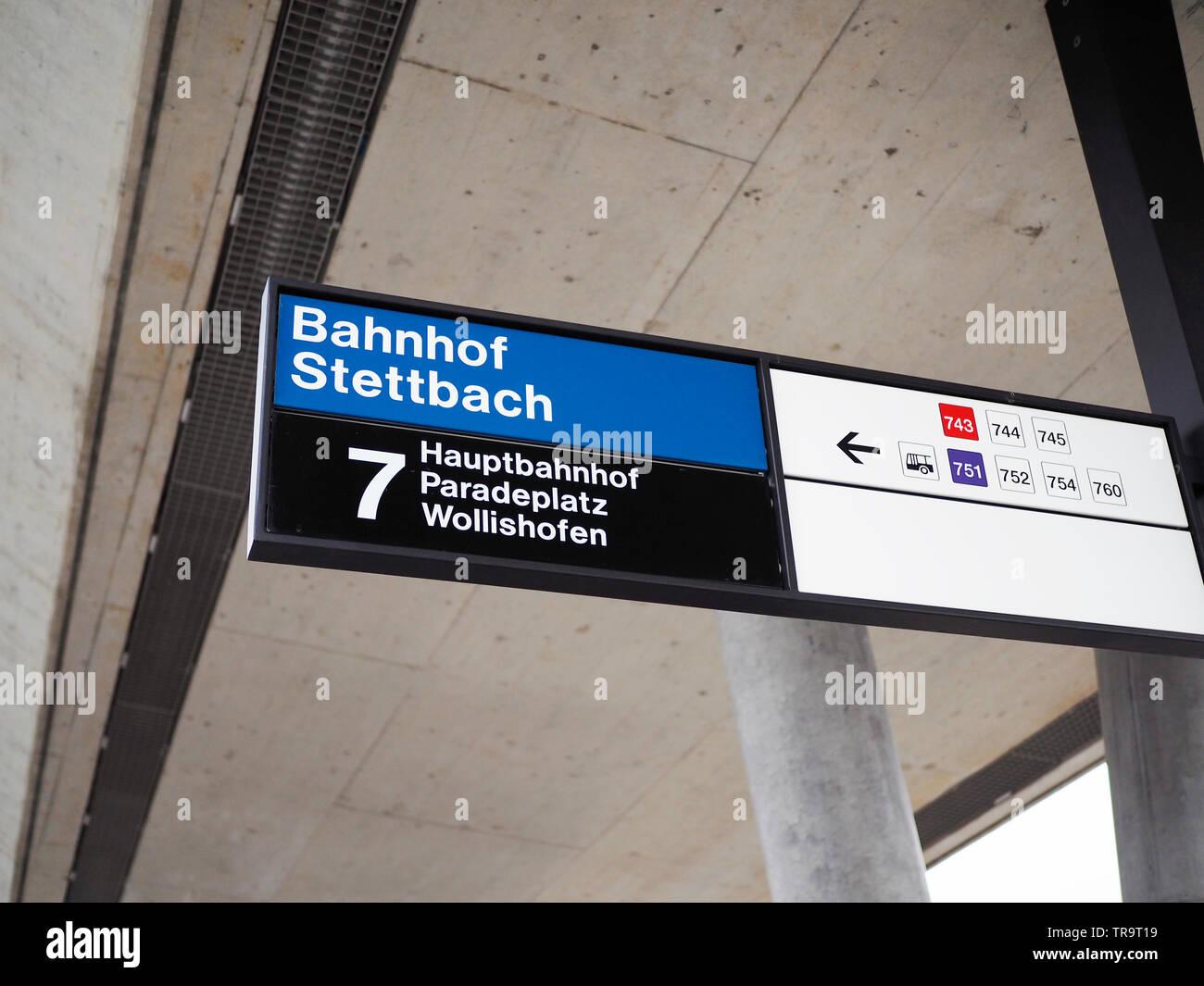 7er-Tramhaltestelle, Bahnhof Stettbach, Zurigo, Schweiz Immagini Stock