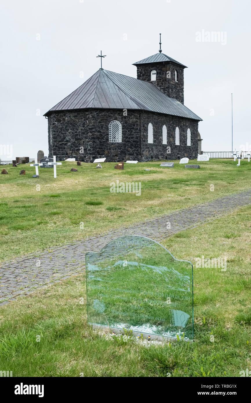 Un cristallo acidato lapide alla Chiesa Þingeyrakirkja, vicino Blonduos nel nord dell'Islanda Immagini Stock
