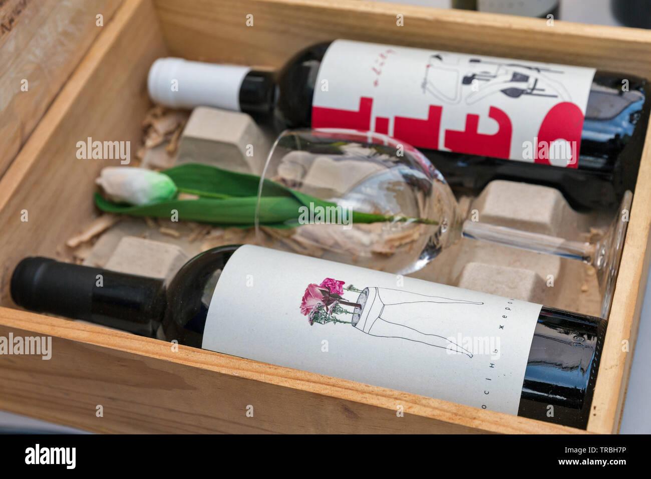 Kiev, Ucraina - 21 Aprile 2019: Design ucraino di bottiglie di vino presso lo stand durante il cibo ed il vino in festa Expocenter nazionale, una permanente multi-scopo Foto Stock