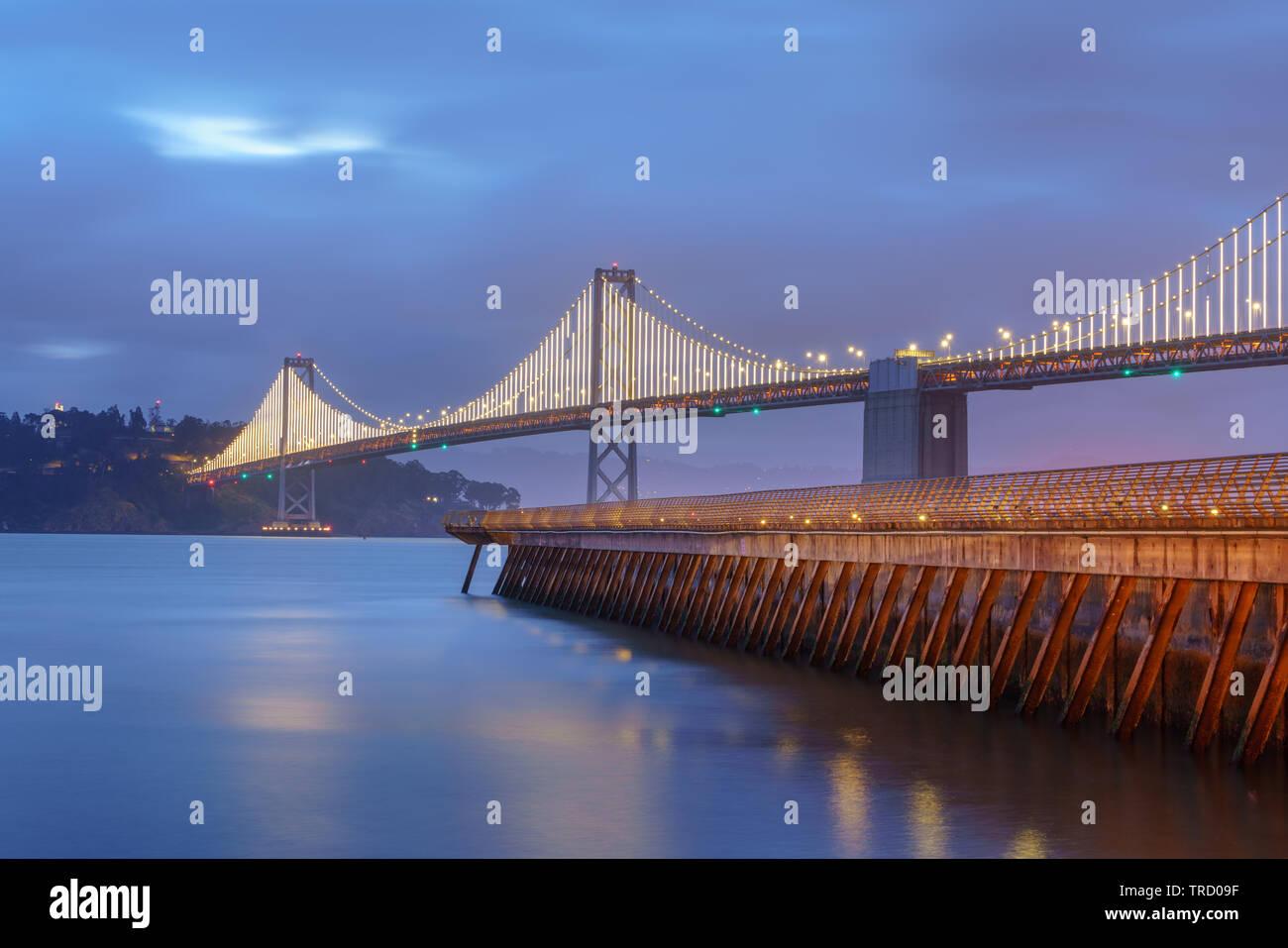 Il Bay Bridge si trova in California, USA, e collega di San Francisco e di Oakland. La sua costruzione terminata nel 1936 ed è uno dei principali punti di riferimento della Foto Stock