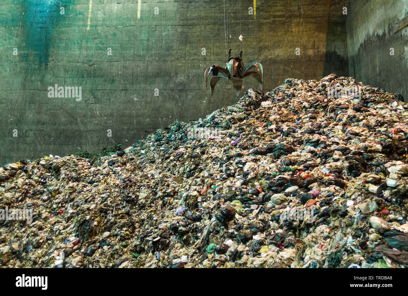 Enormi quantità di rifiuti nel settore della gestione dei rifiuti solidi impianto. Immagini Stock