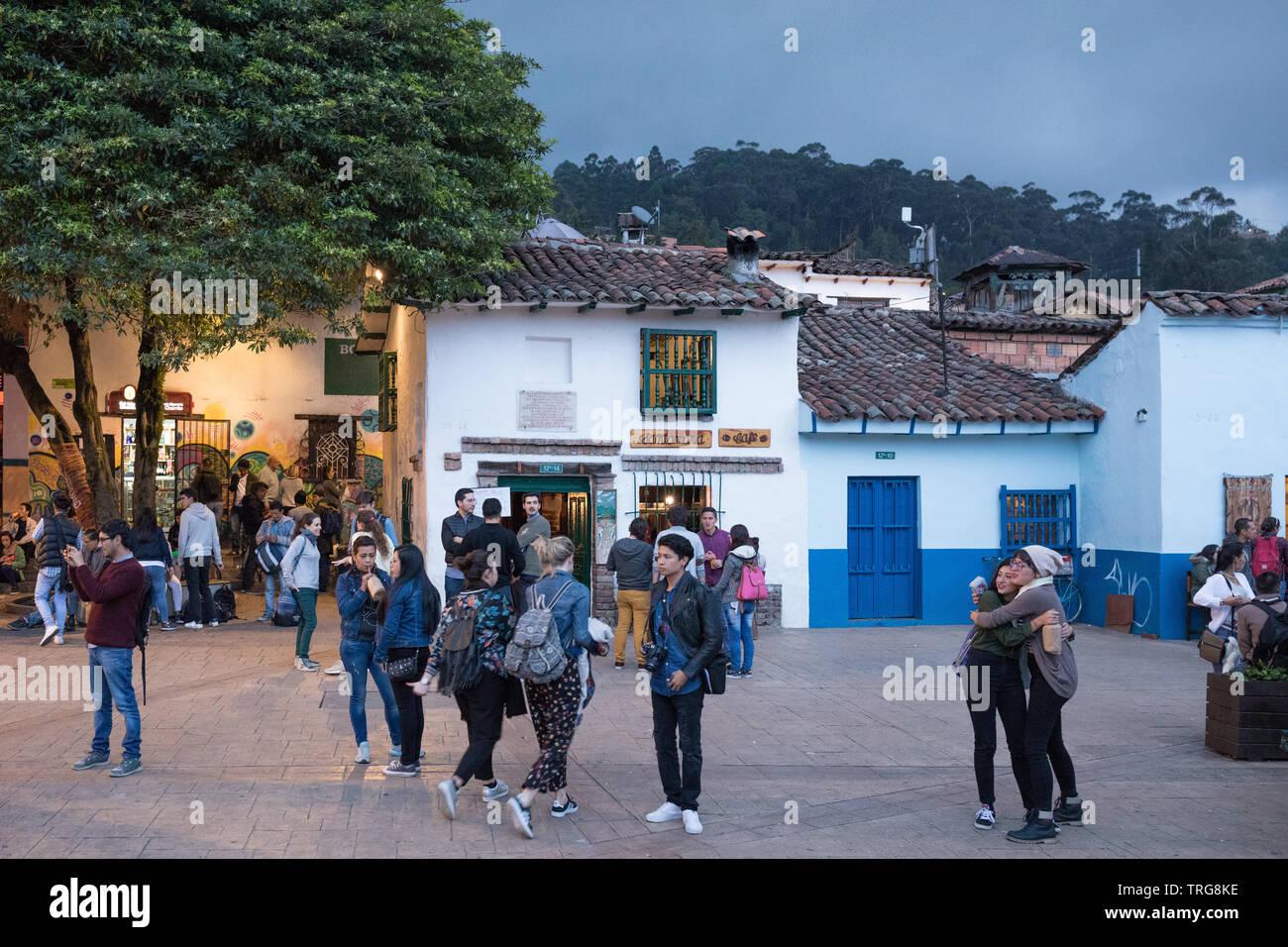 Plazoleta Chorro de Quevedo al crepuscolo, La Candelaria, Bogotà, Colombia Immagini Stock