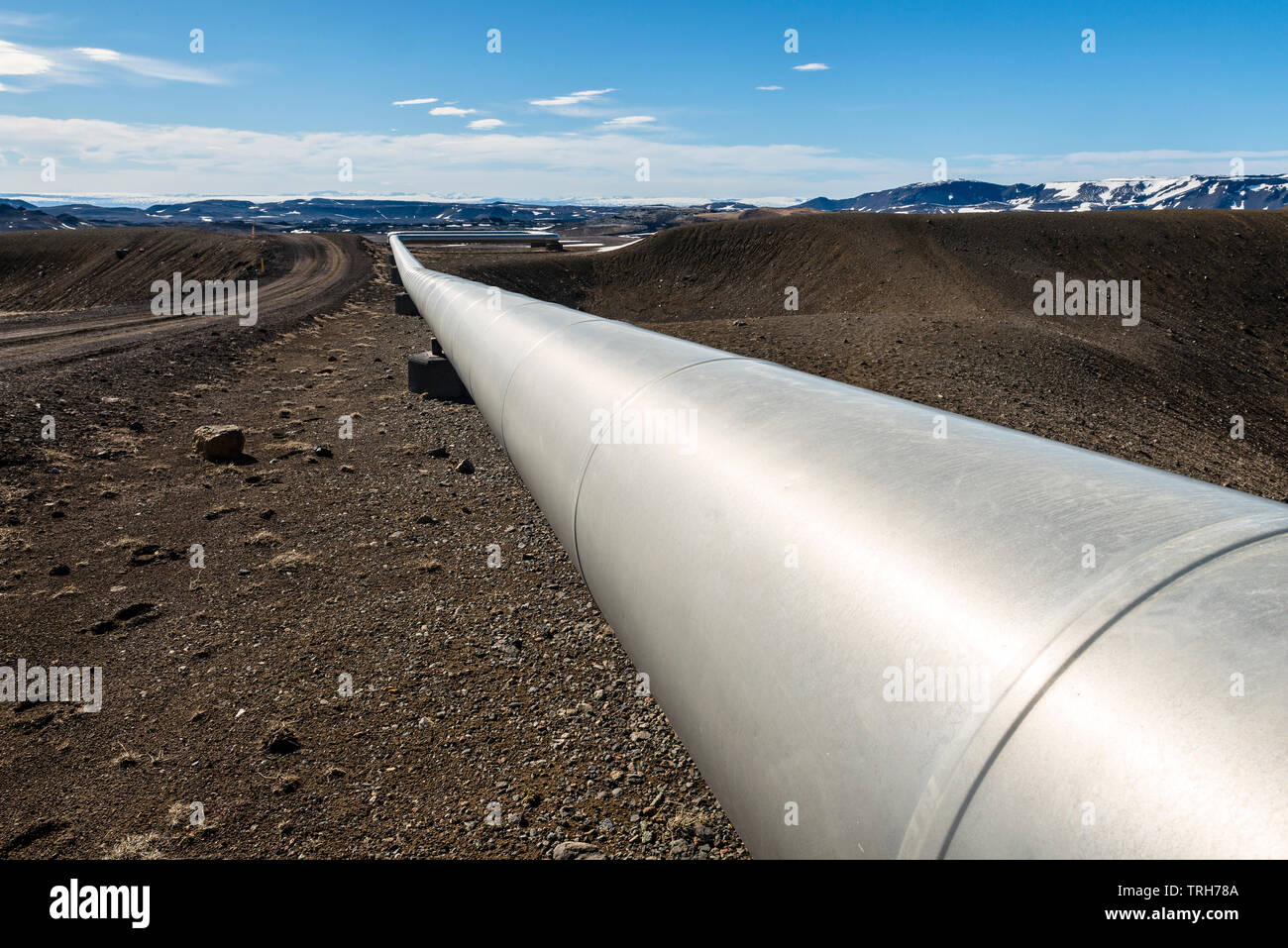 Vicino a Myvatn, a nord-est dell'Islanda. Tubi isolati portano il vapore ad alta pressione da fori di trivellazione vulcanica al Krafla Centrale geotermica elettrica Immagini Stock