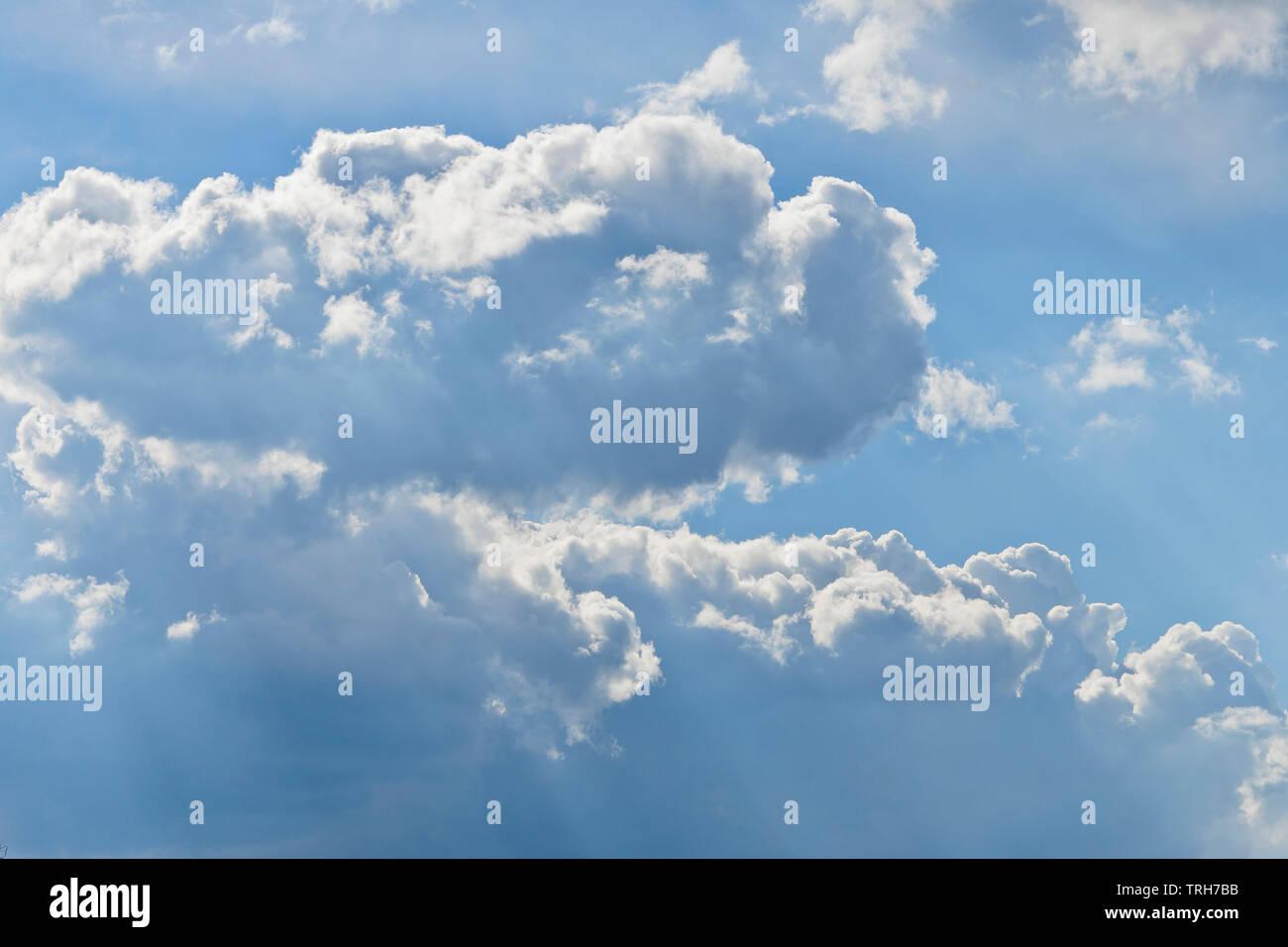 Dita di Dio il flusso attraverso puffy nuvole sopra San Louis Forest Park in primavera. Immagini Stock