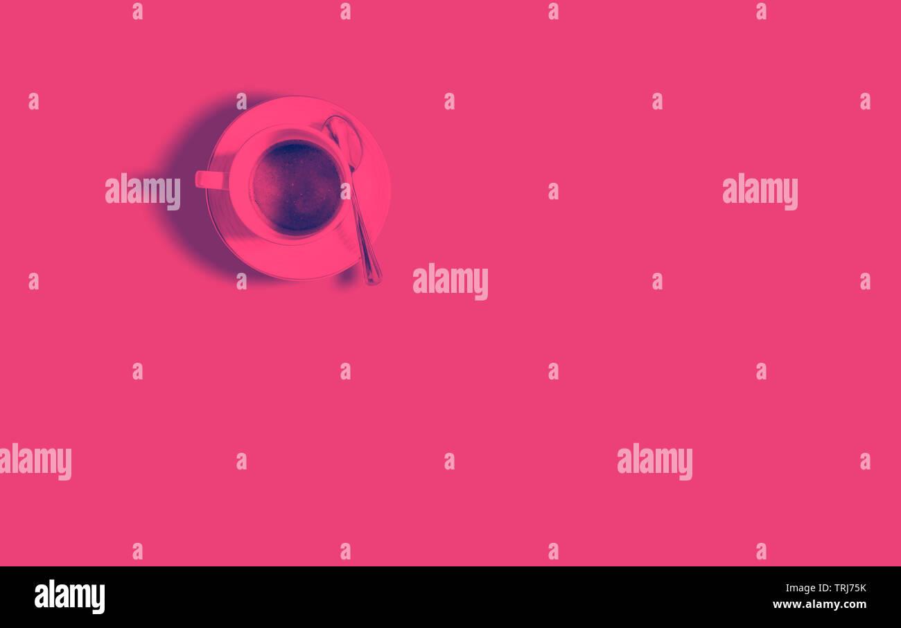Modello minimalista con una vista da sopra di una tazza di caffè con un rosso duo effetto di tono. Piatto fotografia laici Foto Stock