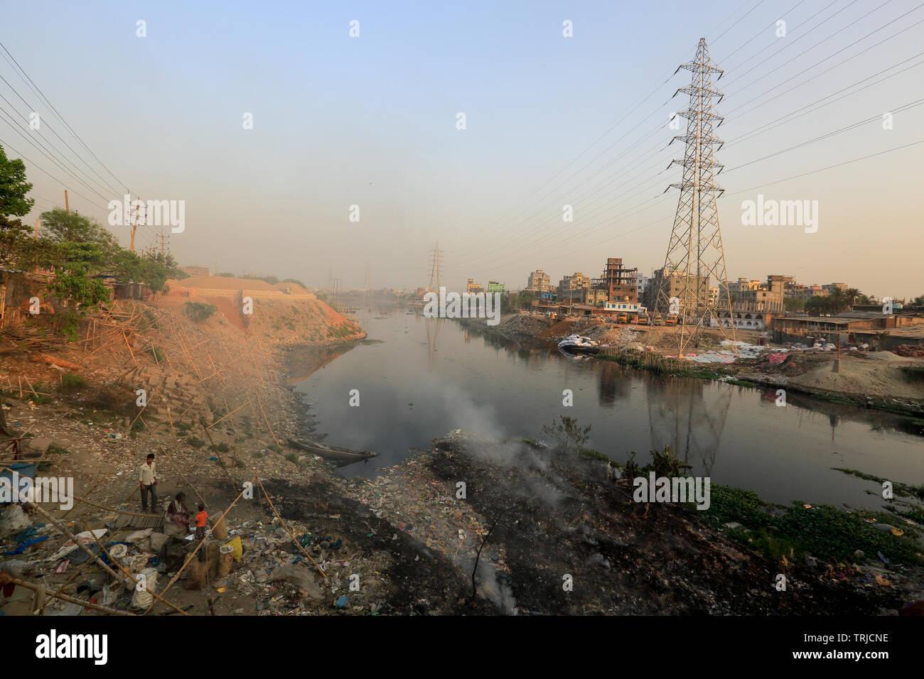 Land grabbing e pesante inquinamento plastica arrestare il flusso del fiume Buriganga Kamrangirchar vicino a Dhaka. Bangladesh. Immagini Stock