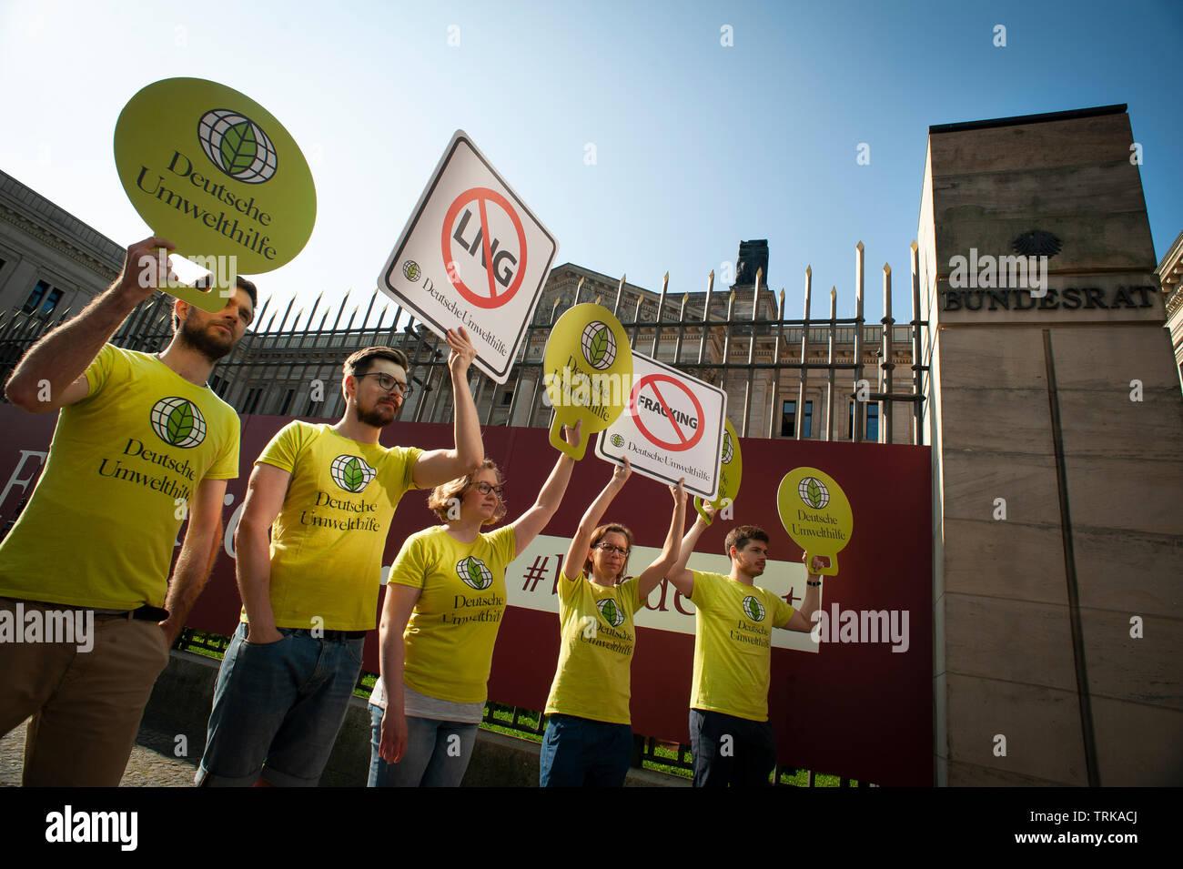 Dimostranti fuori il Bundesrat tedesco a Berlino. Contro l'IMPORTAZIONE NEGLI STATI UNITI D' AMERICA Fracked Gas in Germania. Foto Stock