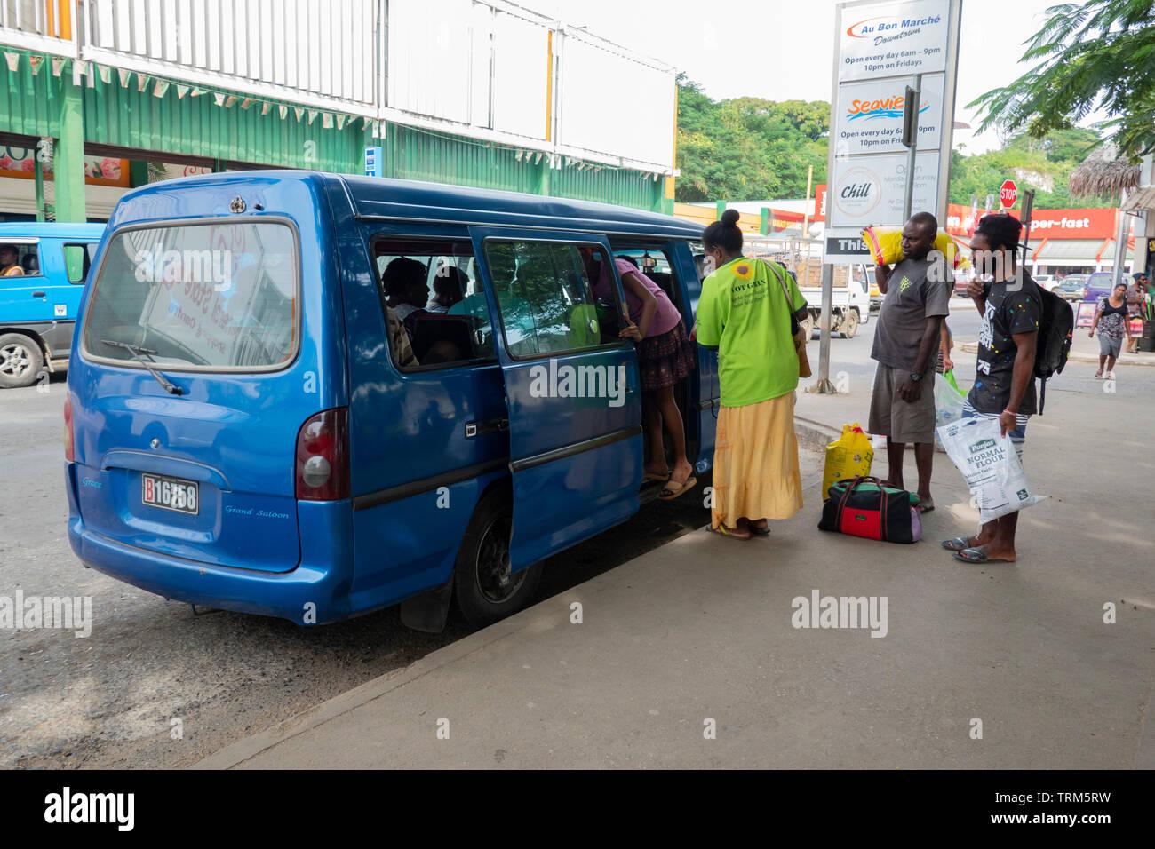 Minibus sono il principale mezzo di trasporto in Port Vila, l'isola di Efate, Vanuatu, Melanesia Immagini Stock