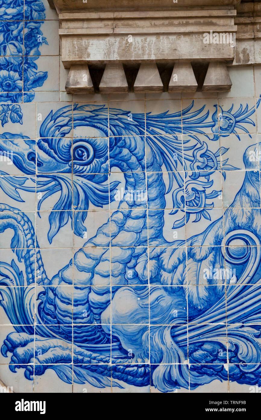 Azulejos con motivo de grifo en edificio modernista. Calle Rodriguez Sampaio. Ciudad de Lisboa, Portogallo, Península Ibérica, Europa Immagini Stock