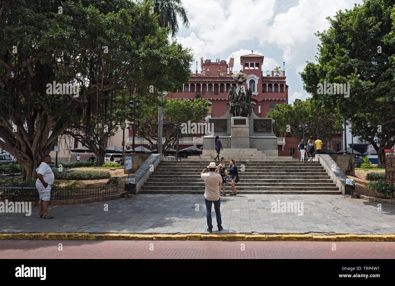 I turisti Scattare foto nella parte anteriore del simon bolivar monumento nel casco viejo Panama city Immagini Stock
