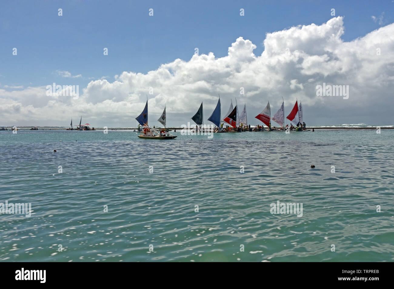 La spiaggia di Porto de Galinhas, in Ipojuca, nello stato di Pernambuco, Brasile, è famoso per le sue vele colorate che portano i turisti per le barriere coralline Immagini Stock