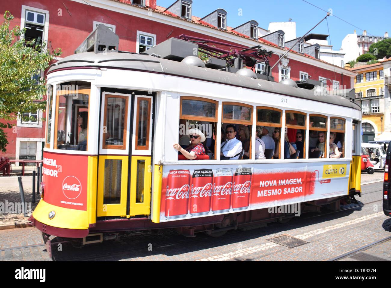 12E tram, Largo das Portas do Sol, Lisbona, Portogallo, Giugno 2019 Immagini Stock
