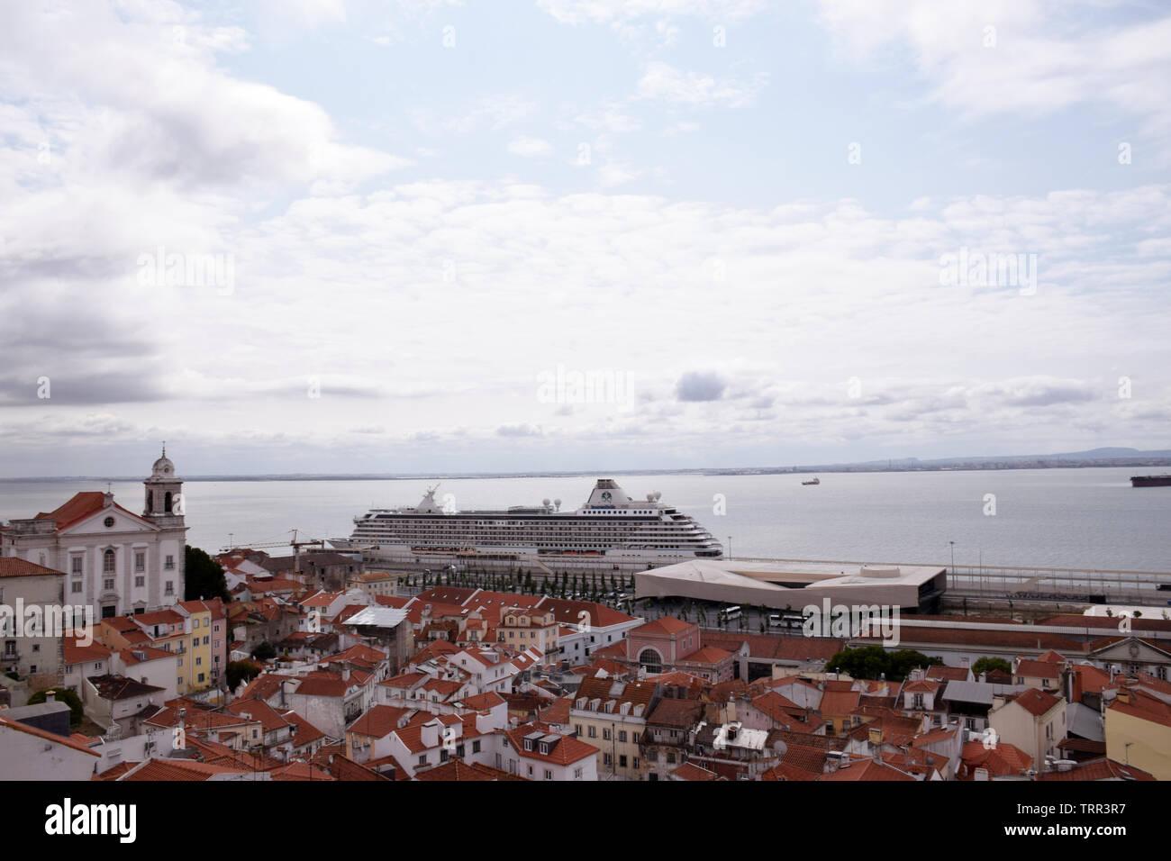 Coastal serenità nave da crociera al terminal delle navi da crociera, Lisbona, Portogallo, Giugno 2019 Immagini Stock