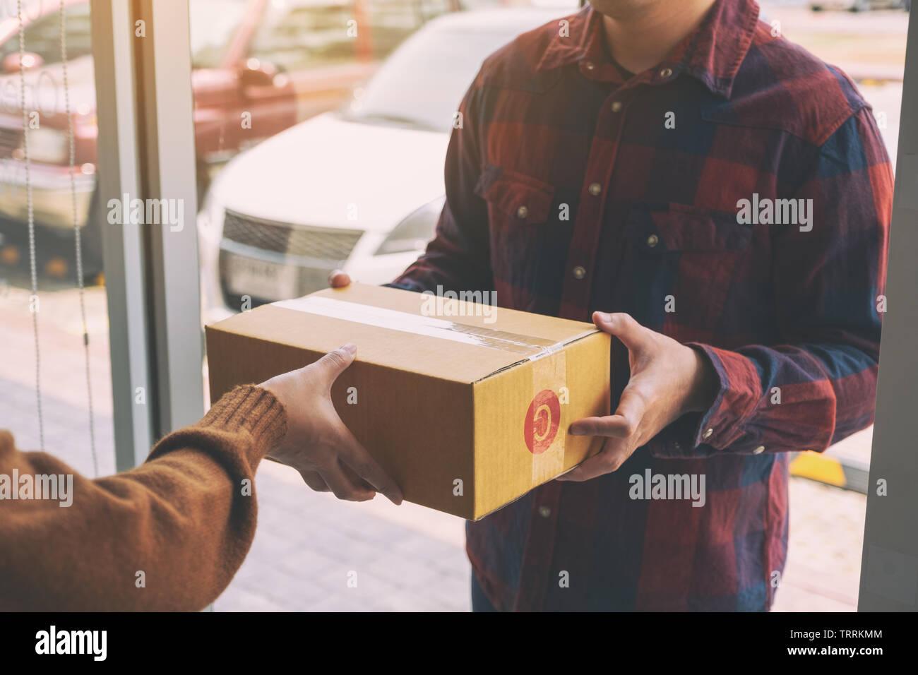 2714fbc02d38 Donna di ricezione casella di pacchi da uomo per la consegna presso la casa  della porta