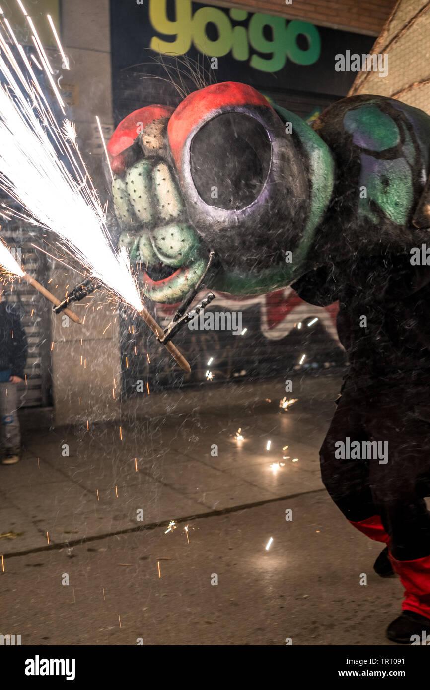 Barcellona, Spagna - Giugno 2019: Un correfoc fuochi d' artificio festival nel quartiere Poblenou Immagini Stock