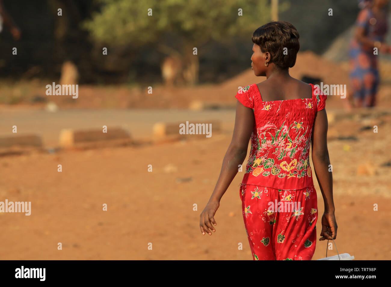 Jeune femme togolaise marchant dans la rue.Togo. Afrique de l'Ouest. Immagini Stock
