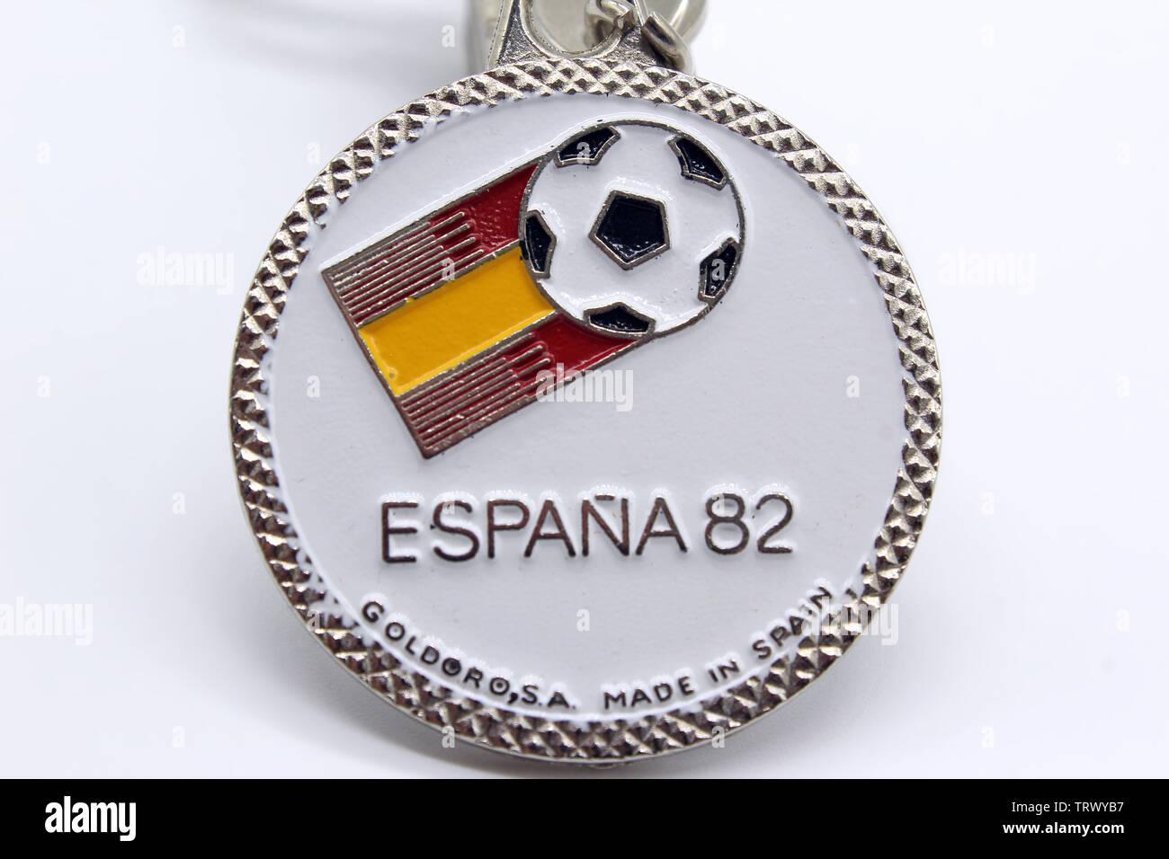 Medaglia souvenir di soccer-football - World Cup Spagna 1982, isolata su uno sfondo bianco, close-up Immagini Stock