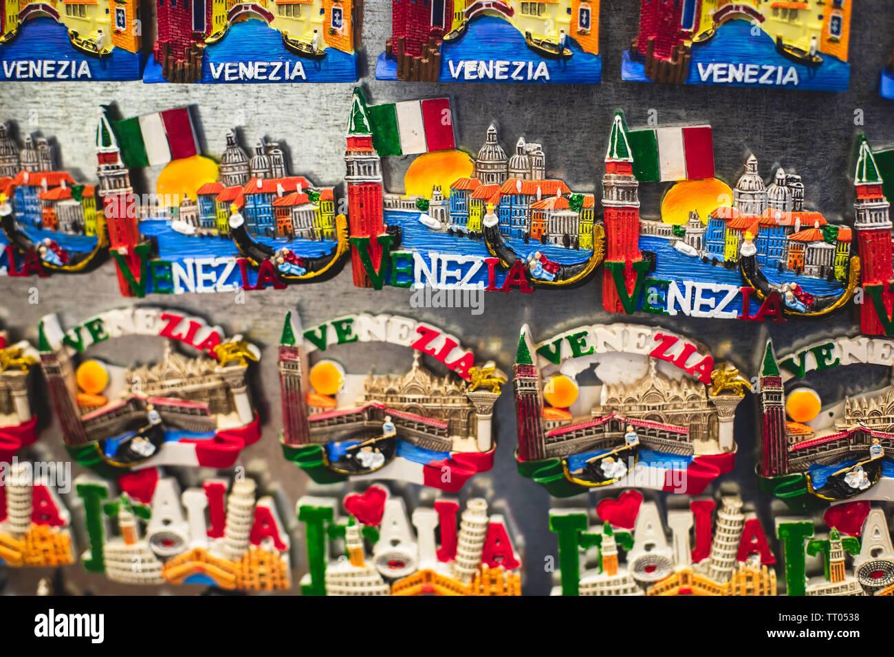 """Vista del turista tradizionale souvenir e regali da Venezia, Italia e con giocattoli, masquerade maschere veneziane, magneti per il frigo con il testo """"Venezia"""" e chiave Immagini Stock"""