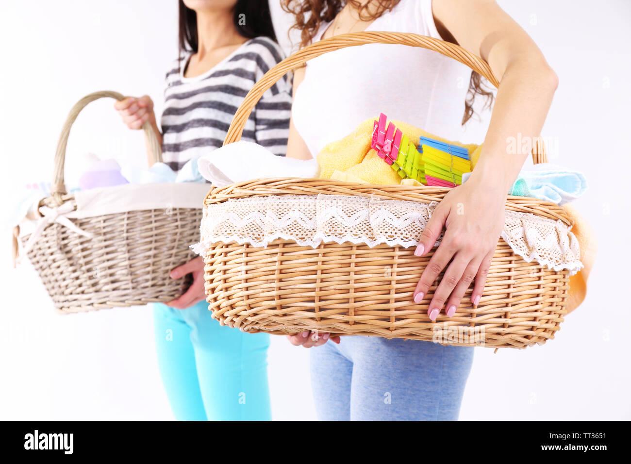 cc75162a57 Donne azienda cesti per la biancheria con vestiti puliti, gli asciugamani e  le spine,