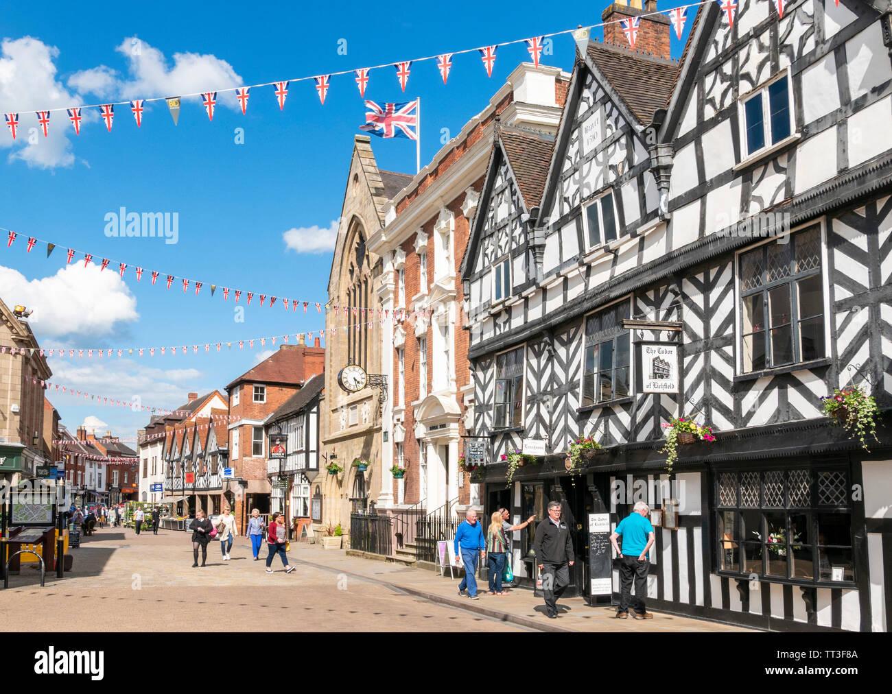 Bunting sul foro street edifici storici tra cui la Guildhall Donegal house (uffici del Consiglio) e Tudor di Lichfield cafe alesaggio Street Lichfield Regno Unito Immagini Stock