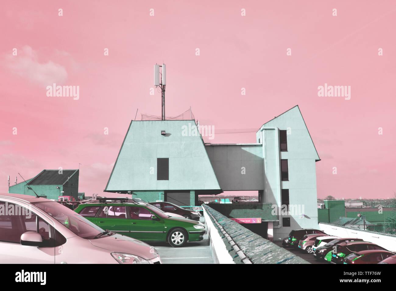 Parcheggio auto roof top in bexleyheath, di menta verde stile brutalist edifici, sia contemporaneo e retrò, rosa saccarina cieli sciropposo, tinte ostili Immagini Stock