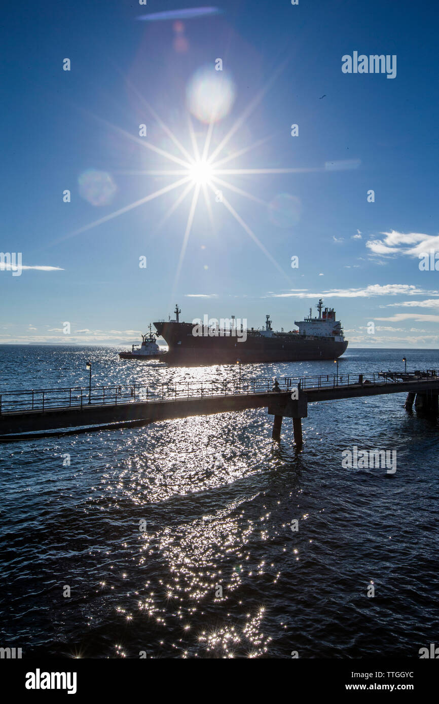 Industrial nave sul mare contro il cielo blu durante la giornata di sole Immagini Stock