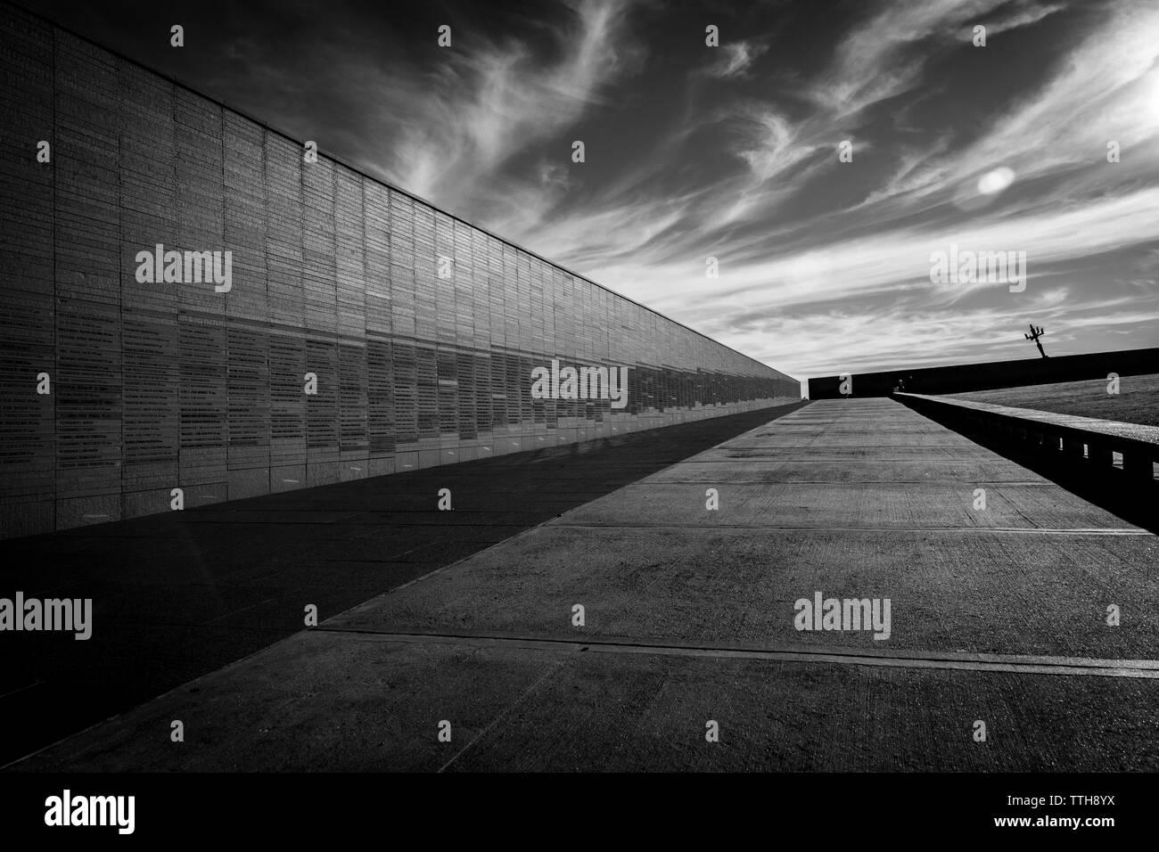 Parete che ricorda i nomi delle vittime della violenza di stato, nella memoria Park a Buenos Aires, Argentina Foto Stock