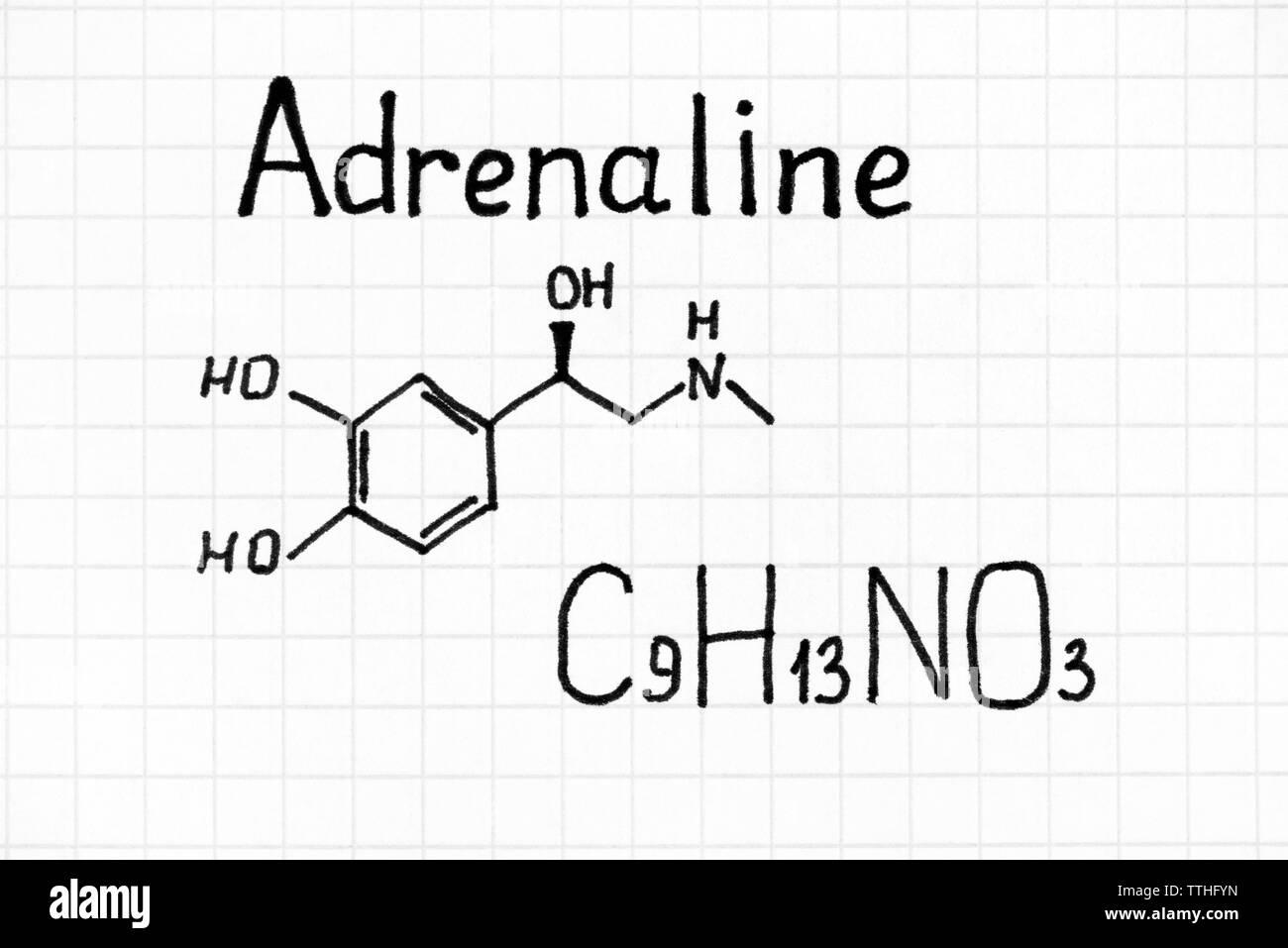 Scrittura di una formula chimica di adrenalina. Close up. Immagini Stock