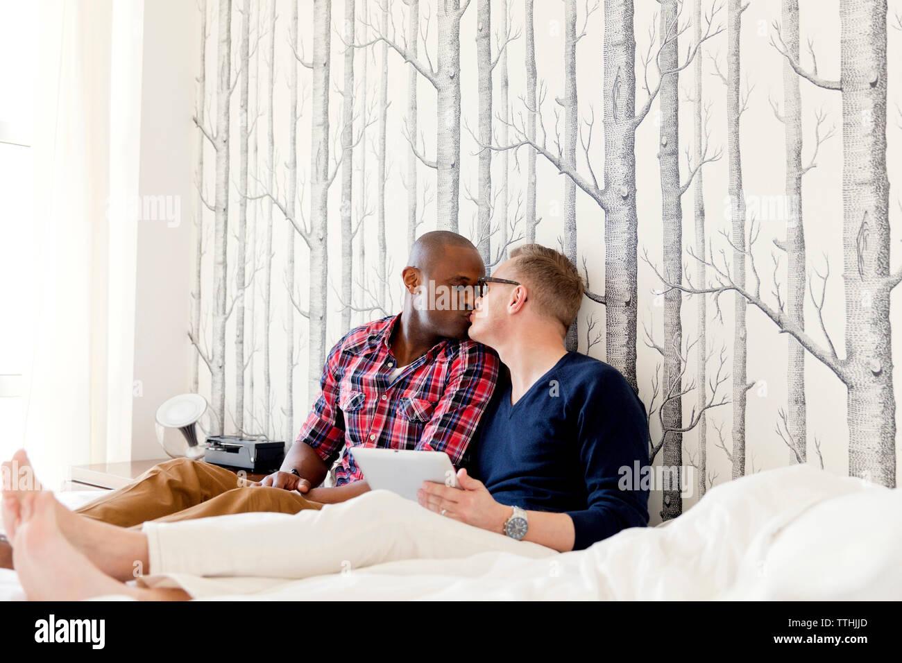 Uomini Gay Che Si Baciano Immagini Uomini Gay Che Si Baciano