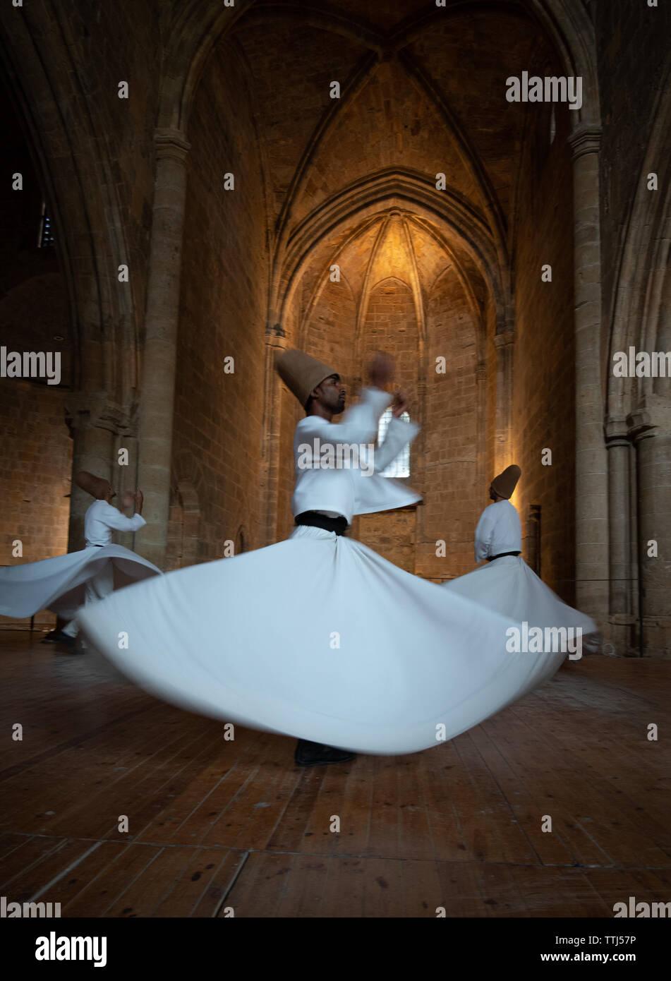 Nicosia, Cipro, 5 Giugno 2019: il gruppo dei Dervisci di eseguire le tradizionali e religiosi danza vorticosa o whirling Sufi Immagini Stock