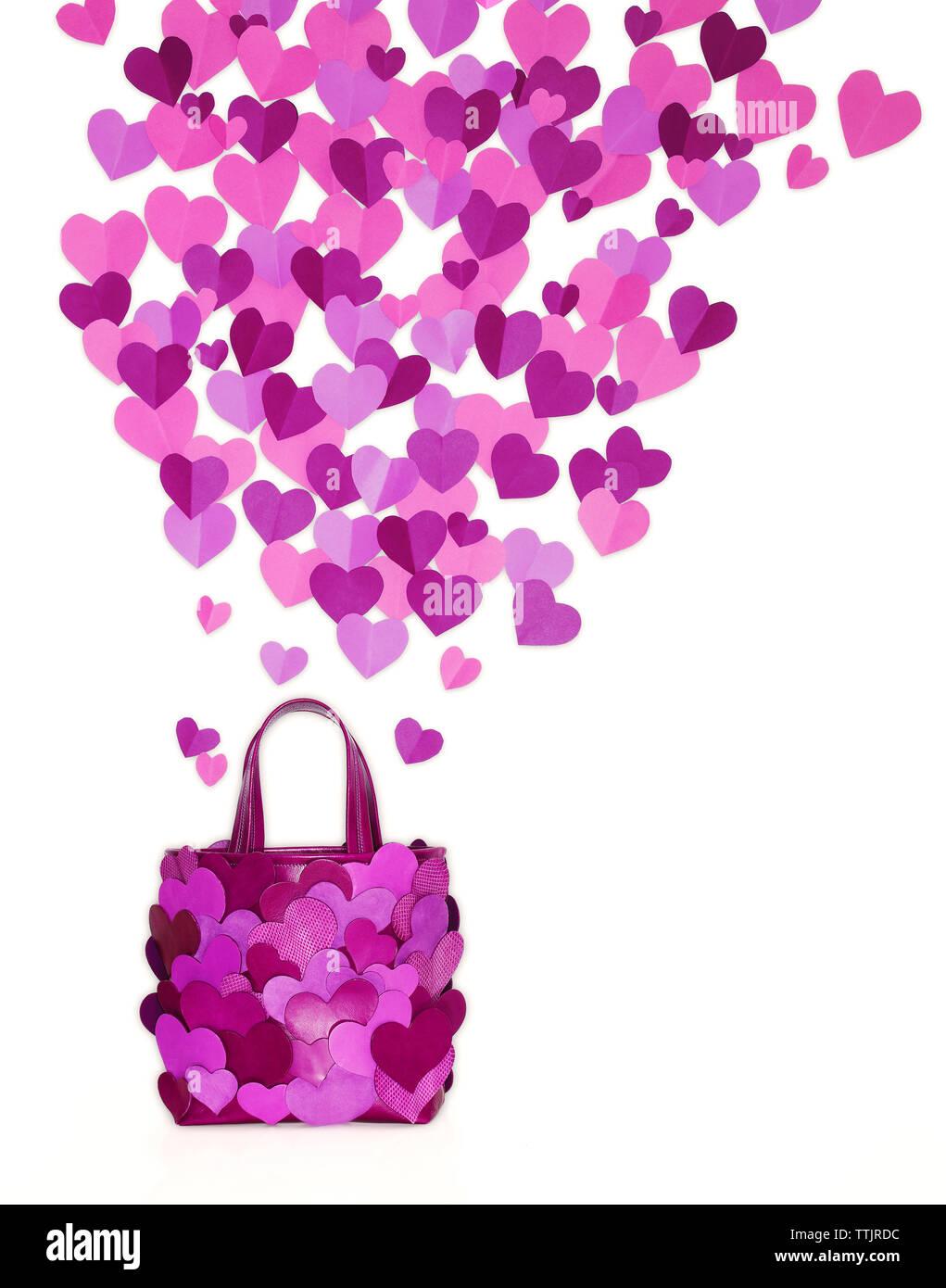 Viola il borsellino con cuore forme su sfondo bianco Immagini Stock