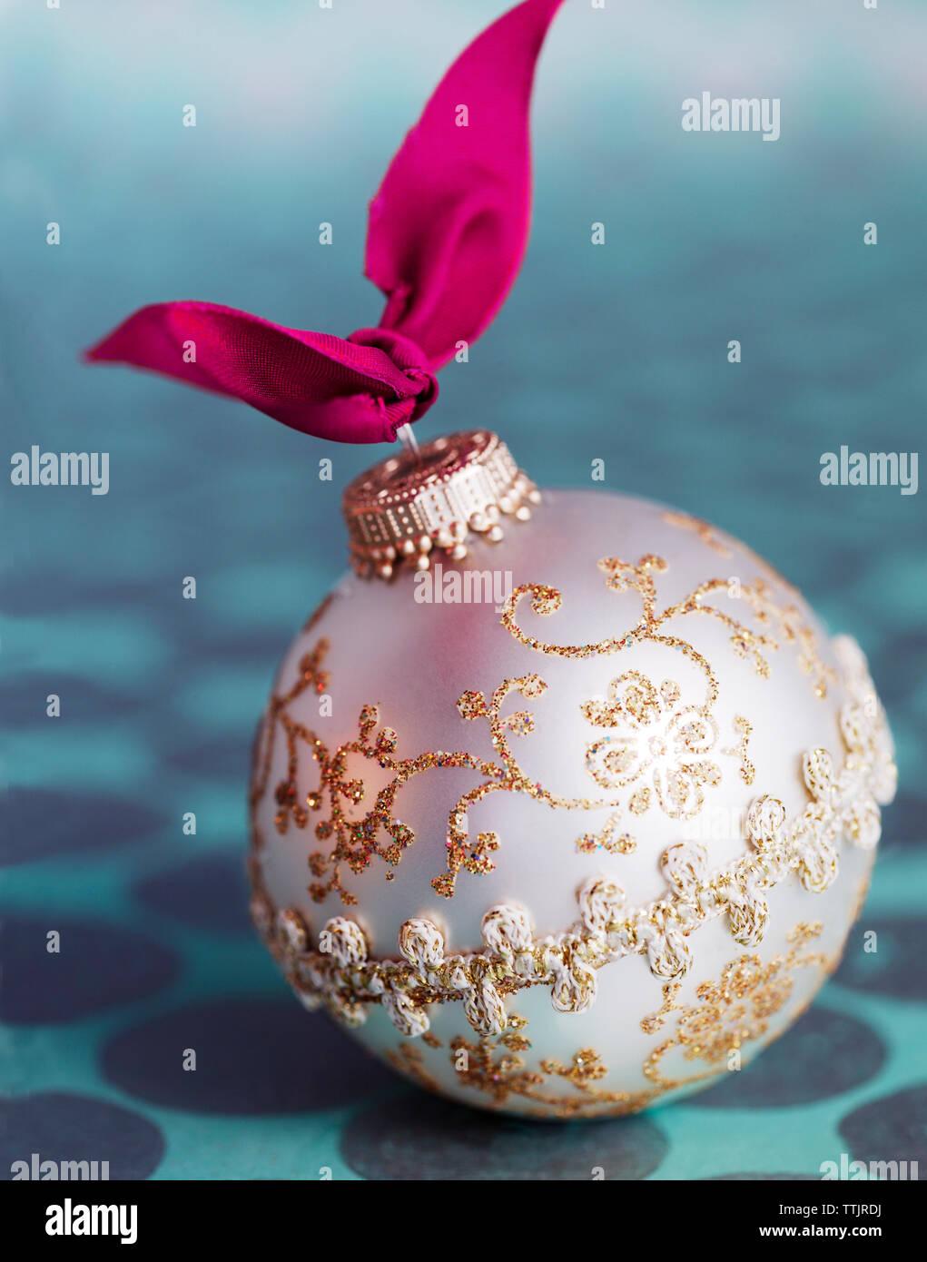Decorazione per albero di Natale sul tavolo Foto Stock