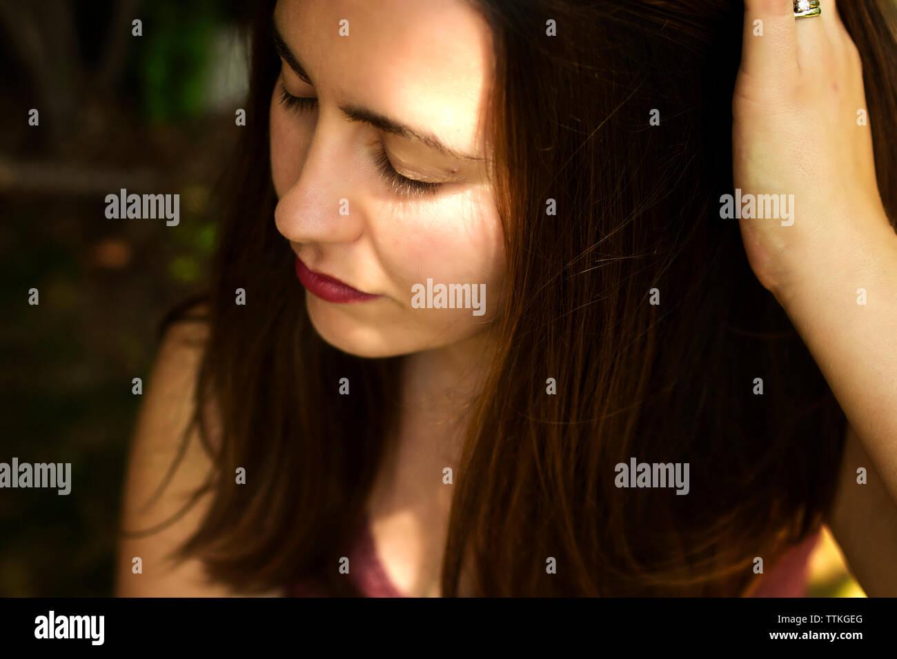 Close-up di donna con le mani nei capelli Immagini Stock