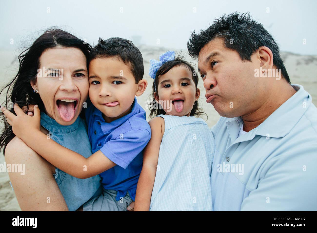 Famiglia di effettuare quattro facce stupide per la fotocamera Foto Stock