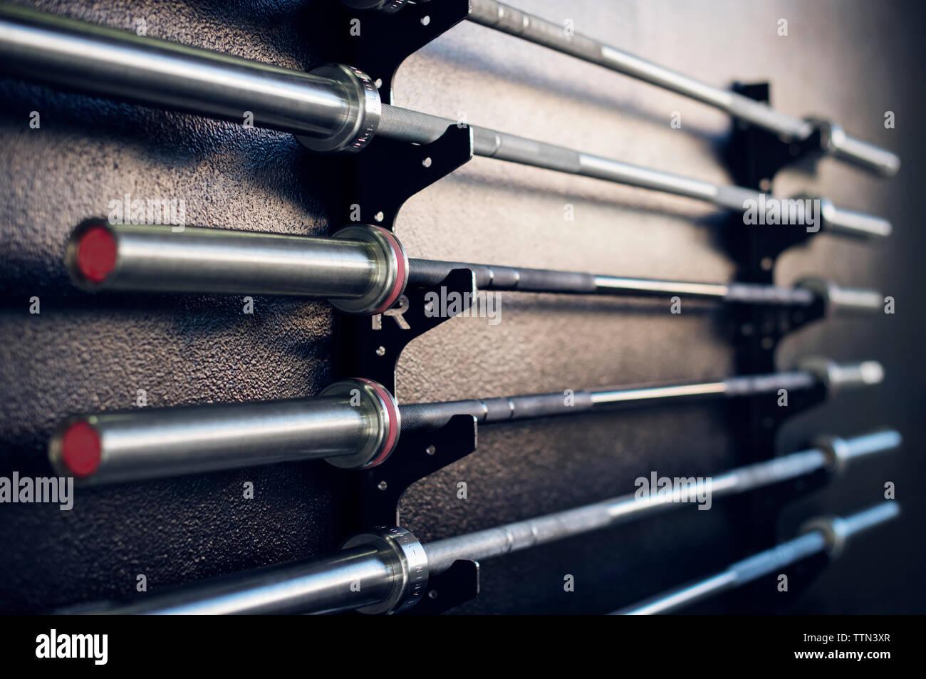Close-up di barre di sollevamento pesi in rack in palestra Immagini Stock