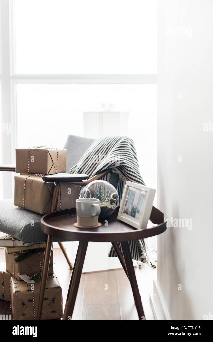 Caffè con oggetti da una finestra a casa Foto Stock