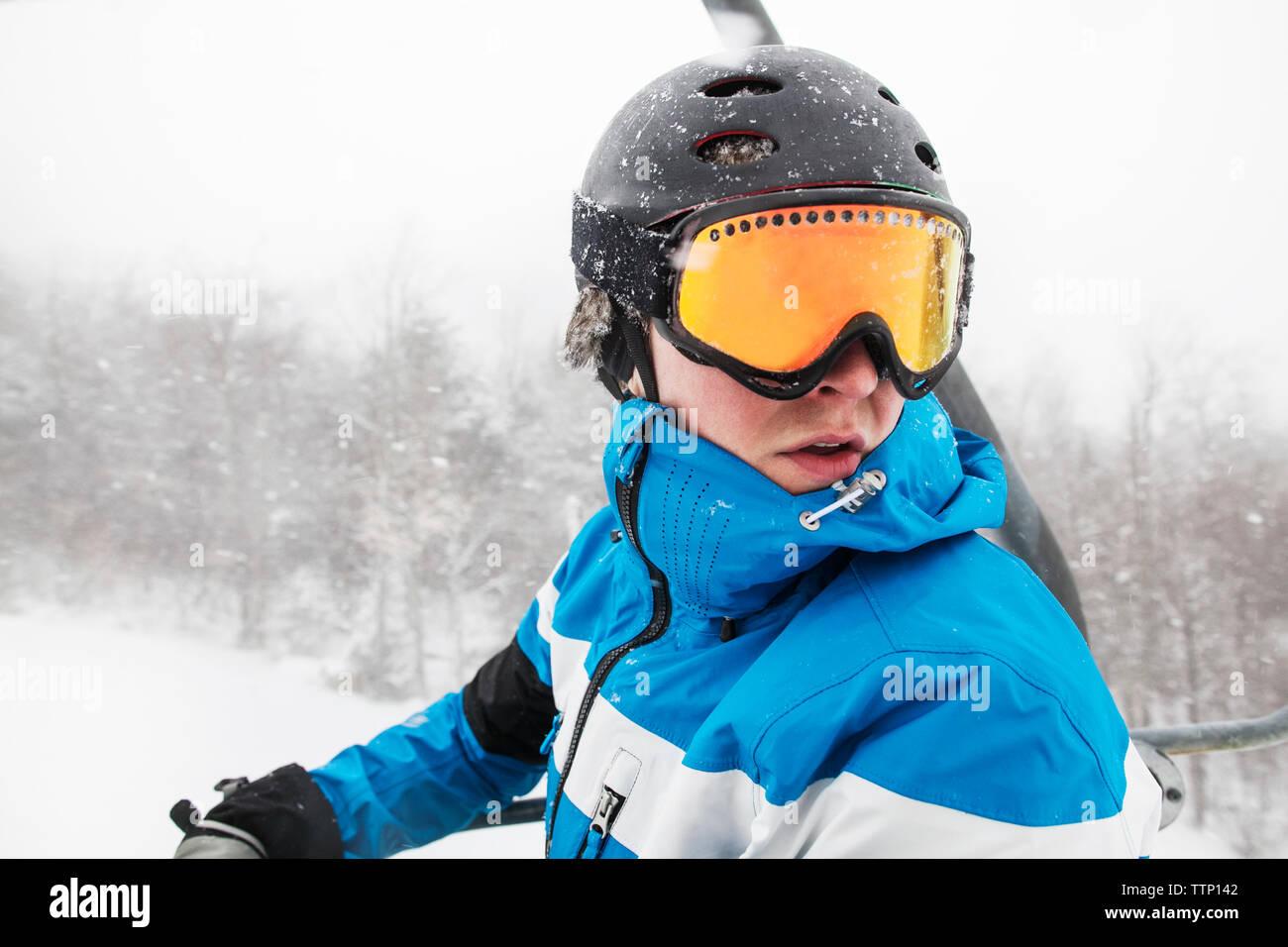 Close-up di uomo con maschere da sci durante l inverno Immagini Stock