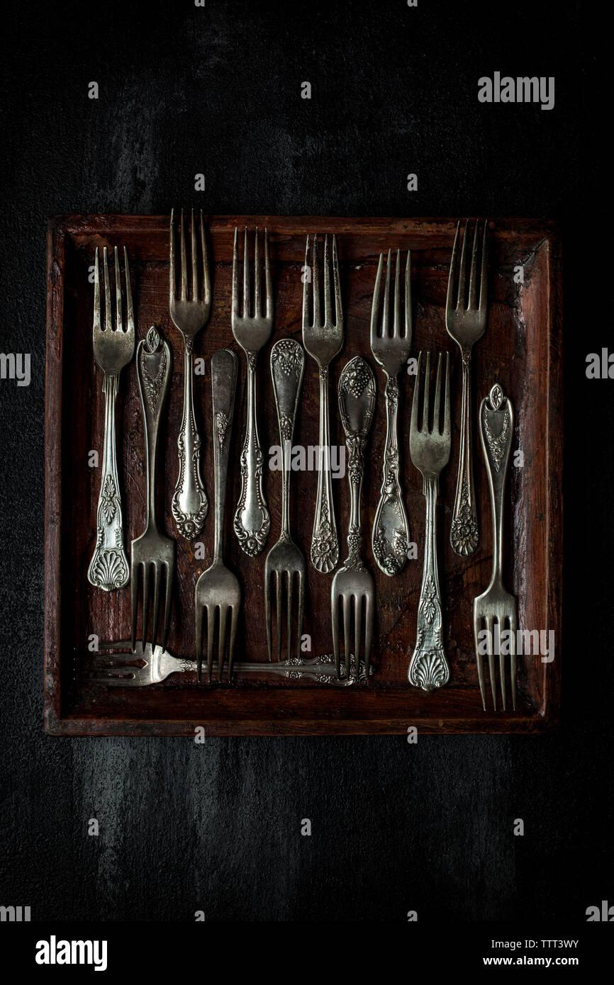 Vista aerea di forche disposte nel vassoio sul tavolo Foto Stock
