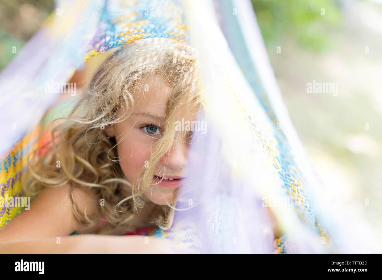 Ragazza giovane godendo di estate con i capelli in spiaggia Foto Stock