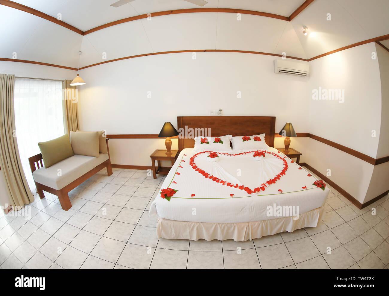 Hotel camera con un grande letto matrimoniale al resort Immagini Stock