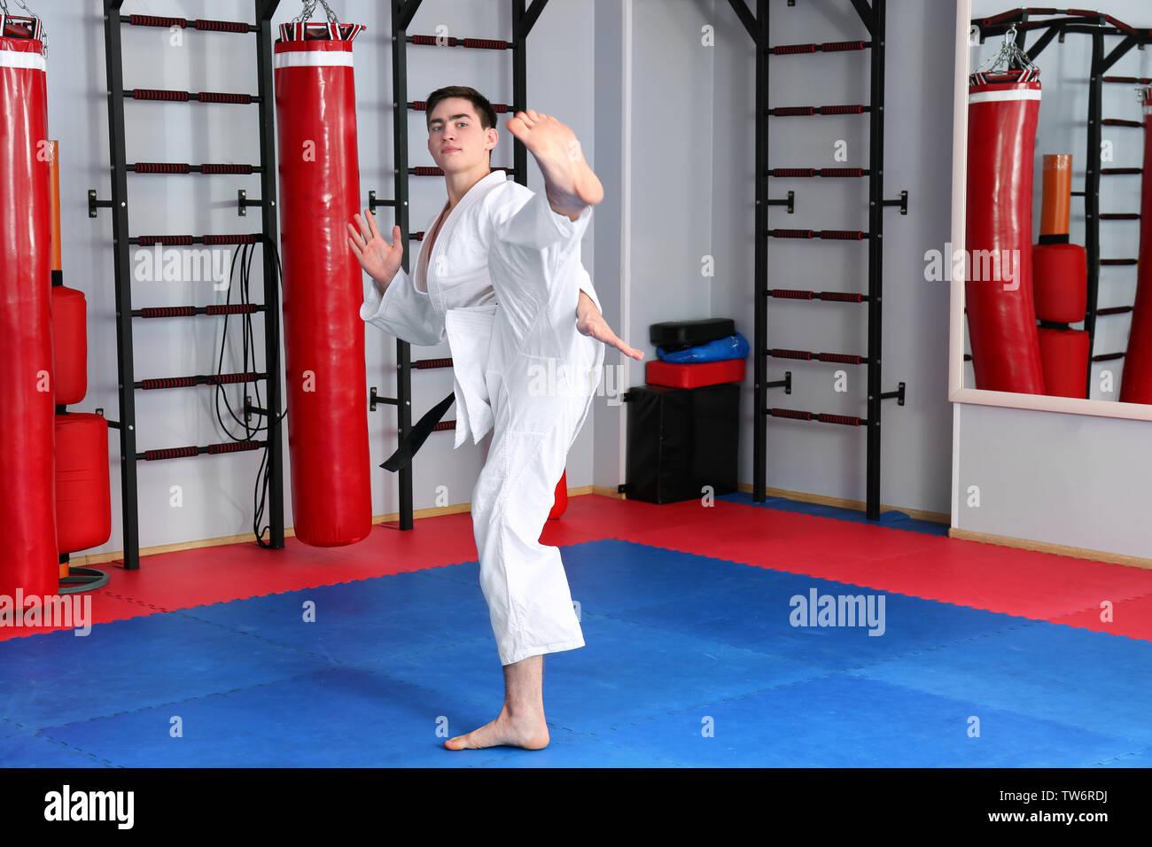 Maschio di istruttore di karate nel dojo Immagini Stock