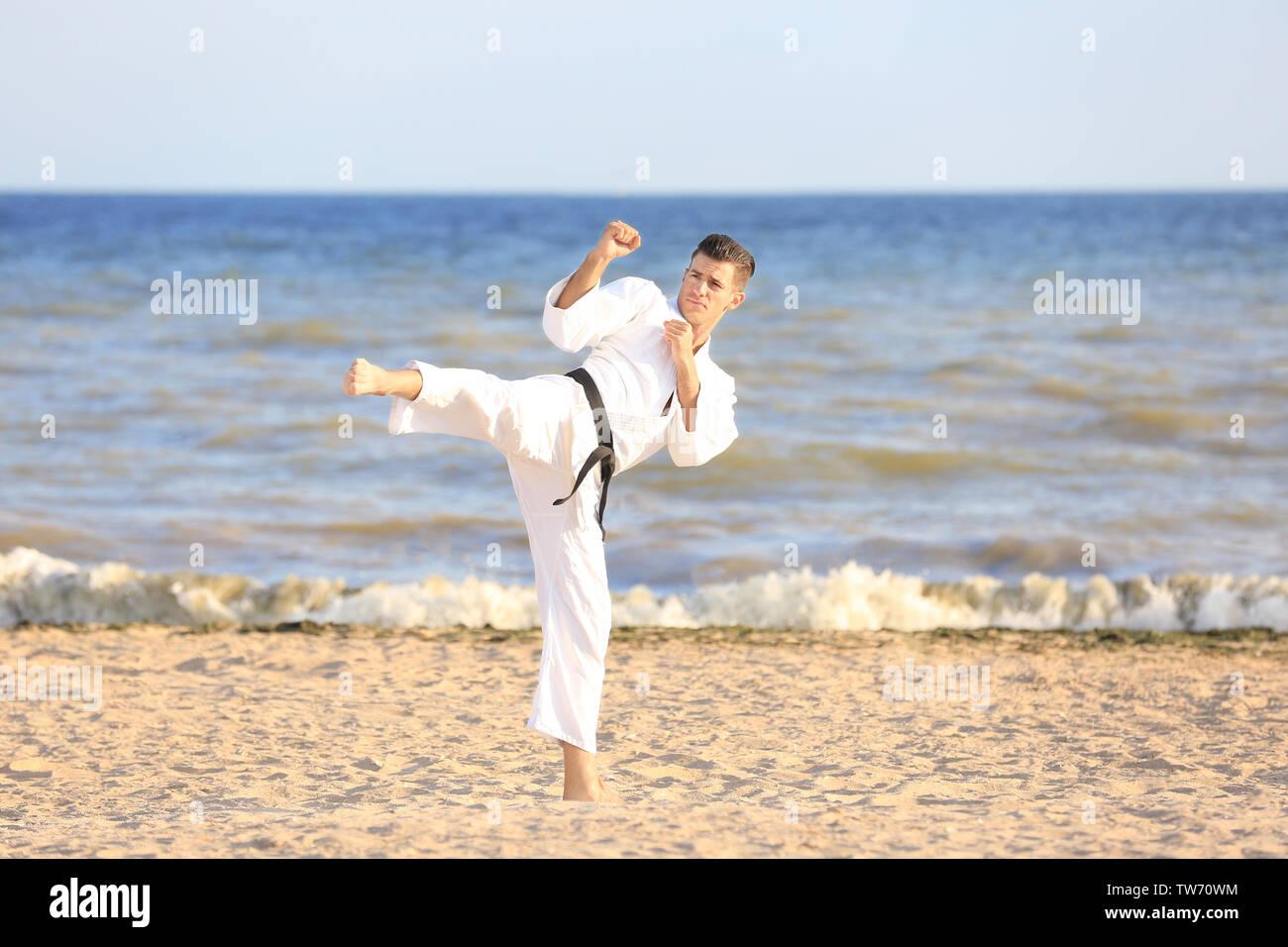 Giovane uomo a praticare il karate all'aperto Immagini Stock