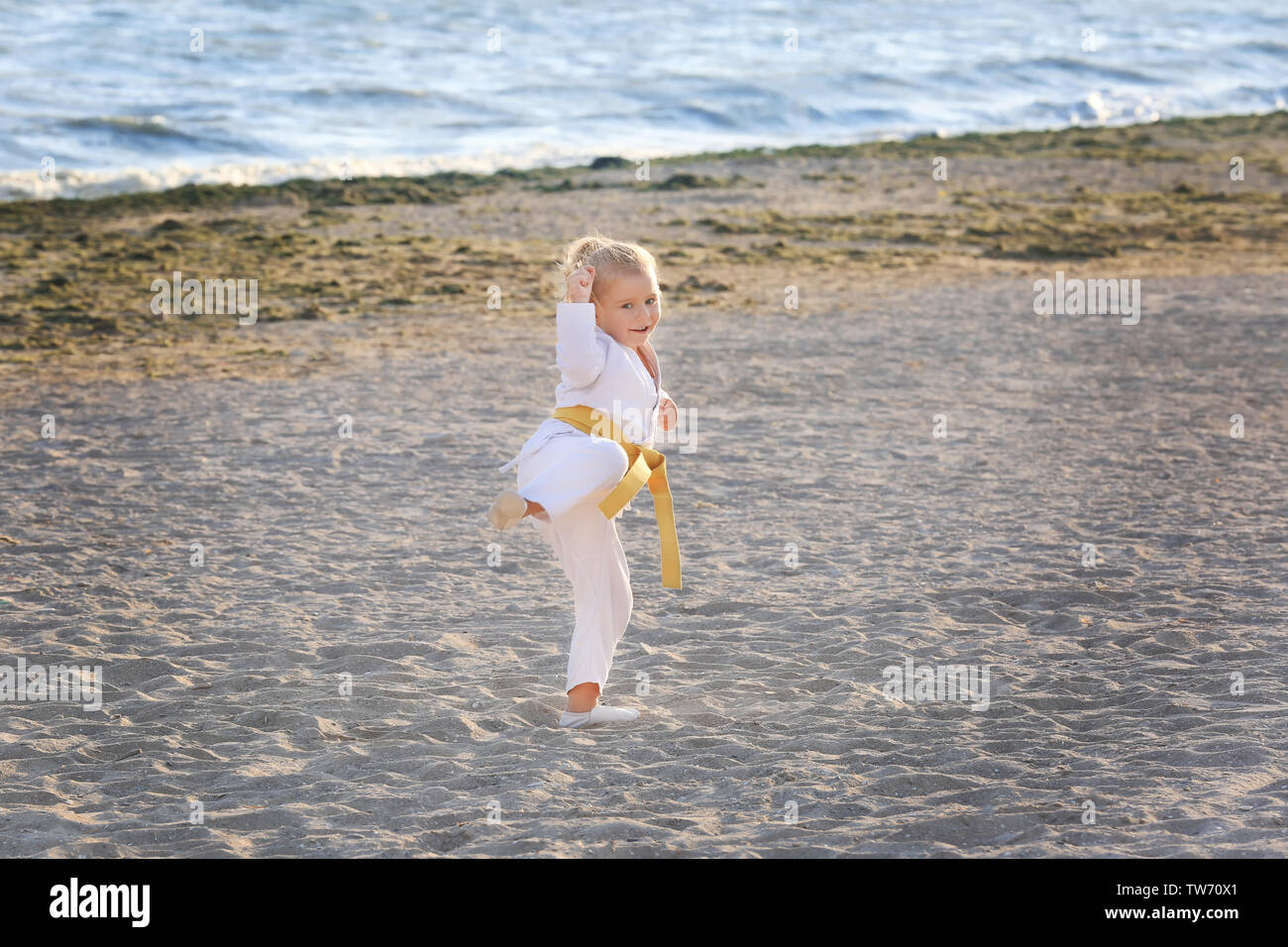 Bambina a praticare il karate all'aperto Immagini Stock