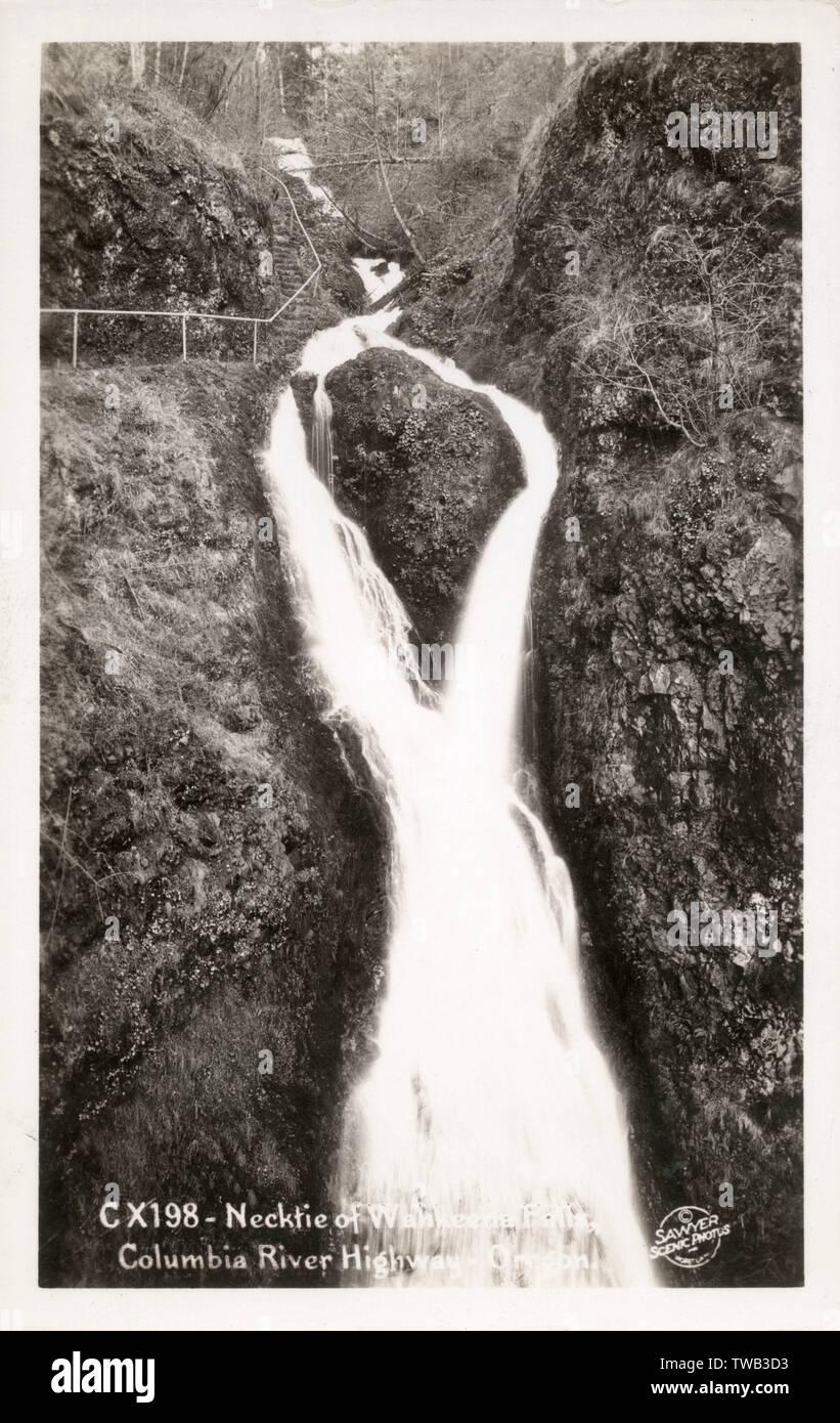 """Columbia River autostrada, Oregon, Stati Uniti d'America - Il superbo """"cravattina"""" forma del Wahkeena Falls. Data: circa 1920s Foto Stock"""