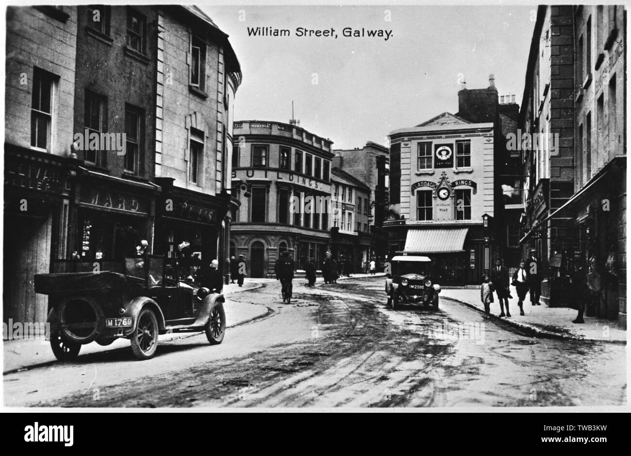 Vista di William Street, Galway, Irlanda, con neve sul terreno. Data: circa 1912 Foto Stock
