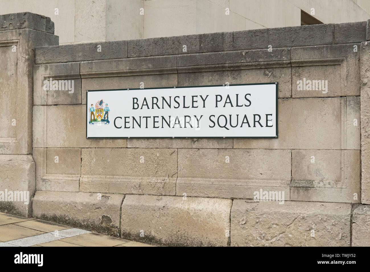 Barnsley Pals Centenary Square segno - per commemorare il Barnsley Pals battaglioni che hanno perso la vita nella Prima Guerra Mondiale, Barnsley, England, Regno Unito Foto Stock